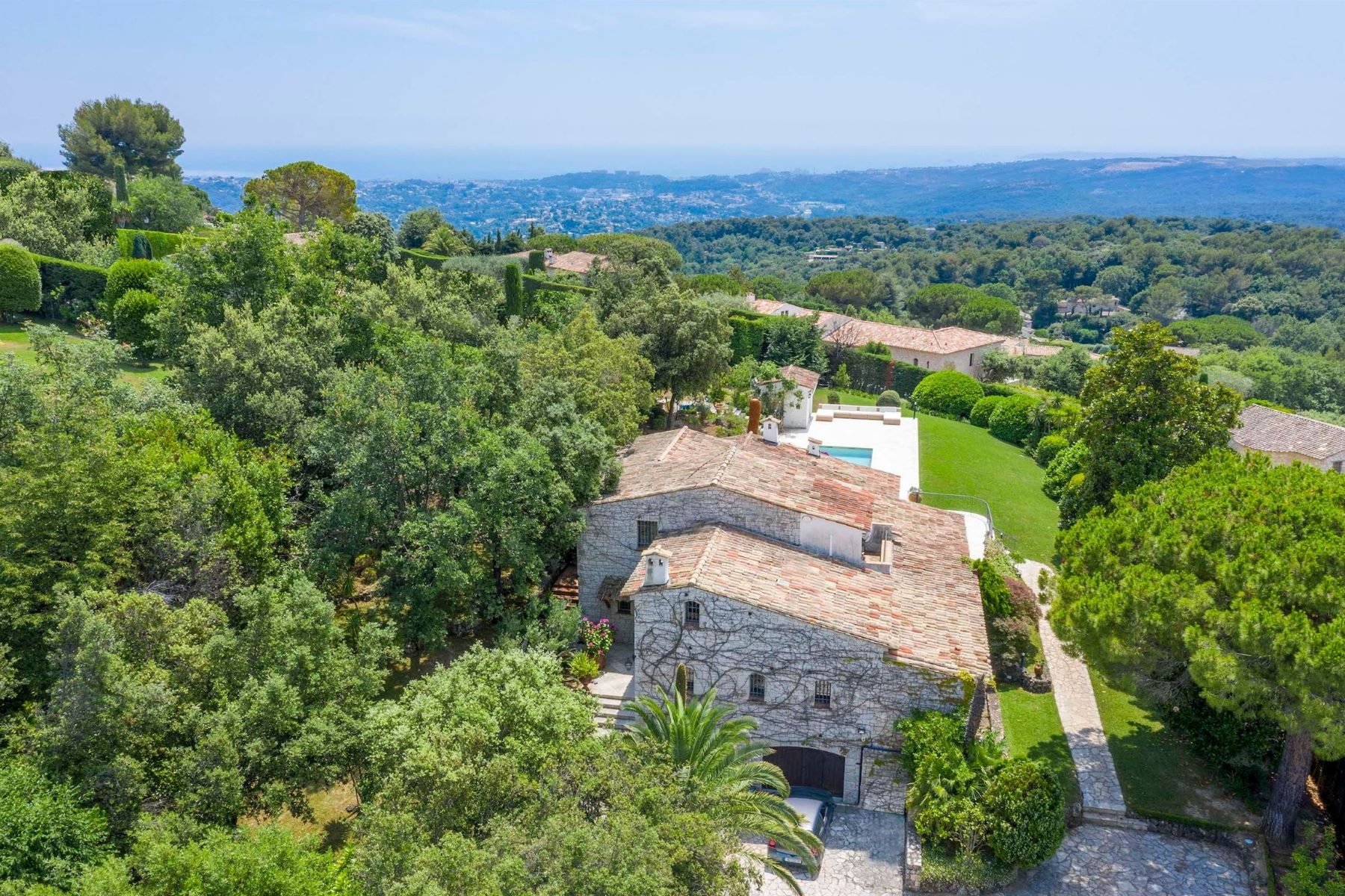 Single Family Homes por un Venta en Charming provencial style property in a private domain- sea views Other Provence-Alpes-Cote D'Azur, Provincia - Alpes - Costa Azul 06570 Francia