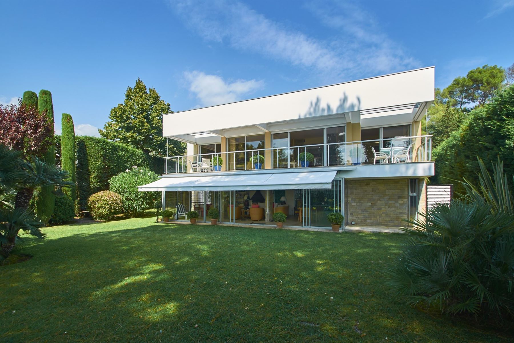 Single Family Homes por un Venta en Charming Californian style house for sale in a gated domain of Biot Biot, Provincia - Alpes - Costa Azul 06410 Francia