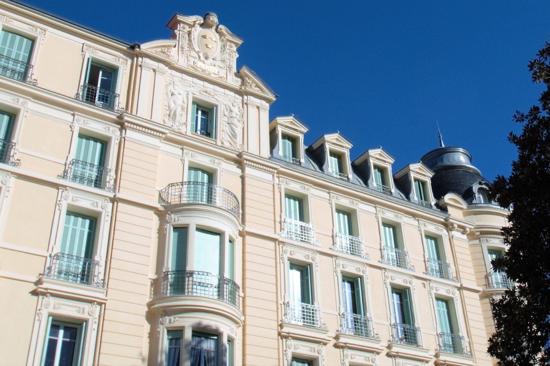 Apartments por un Venta en 100 sq.m apartment in a Palace Residence in the Heart of Menton Menton, Provincia - Alpes - Costa Azul 06500 Francia