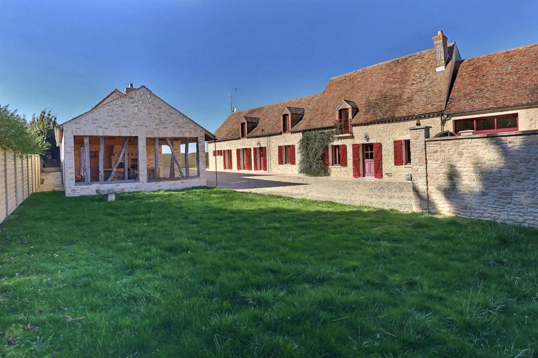 Single Family Homes for Active at Maison 287 m2 entièrement rénovée Mezieres En Gatinais, Centre 45270 France