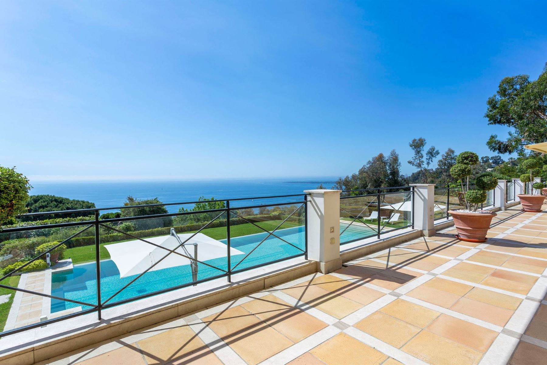 Additional photo for property listing at Villa  Cannes, Provence-Alpes-Cote D'Azur 06400 France