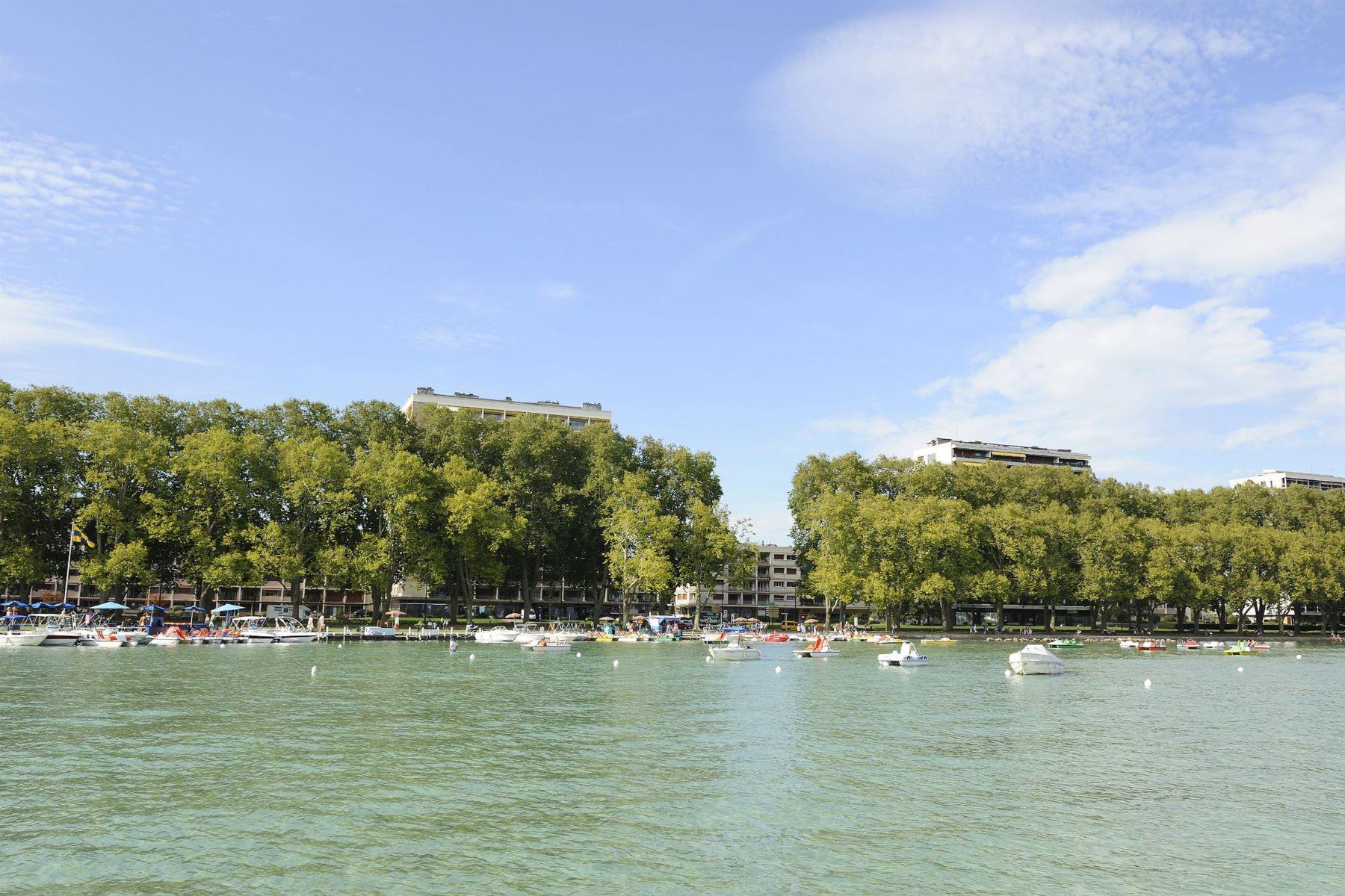 شقة للـ Sale في Lake side apartment, upper floor, fine views condo Annecy, Rhone-Alpes, 74000 France
