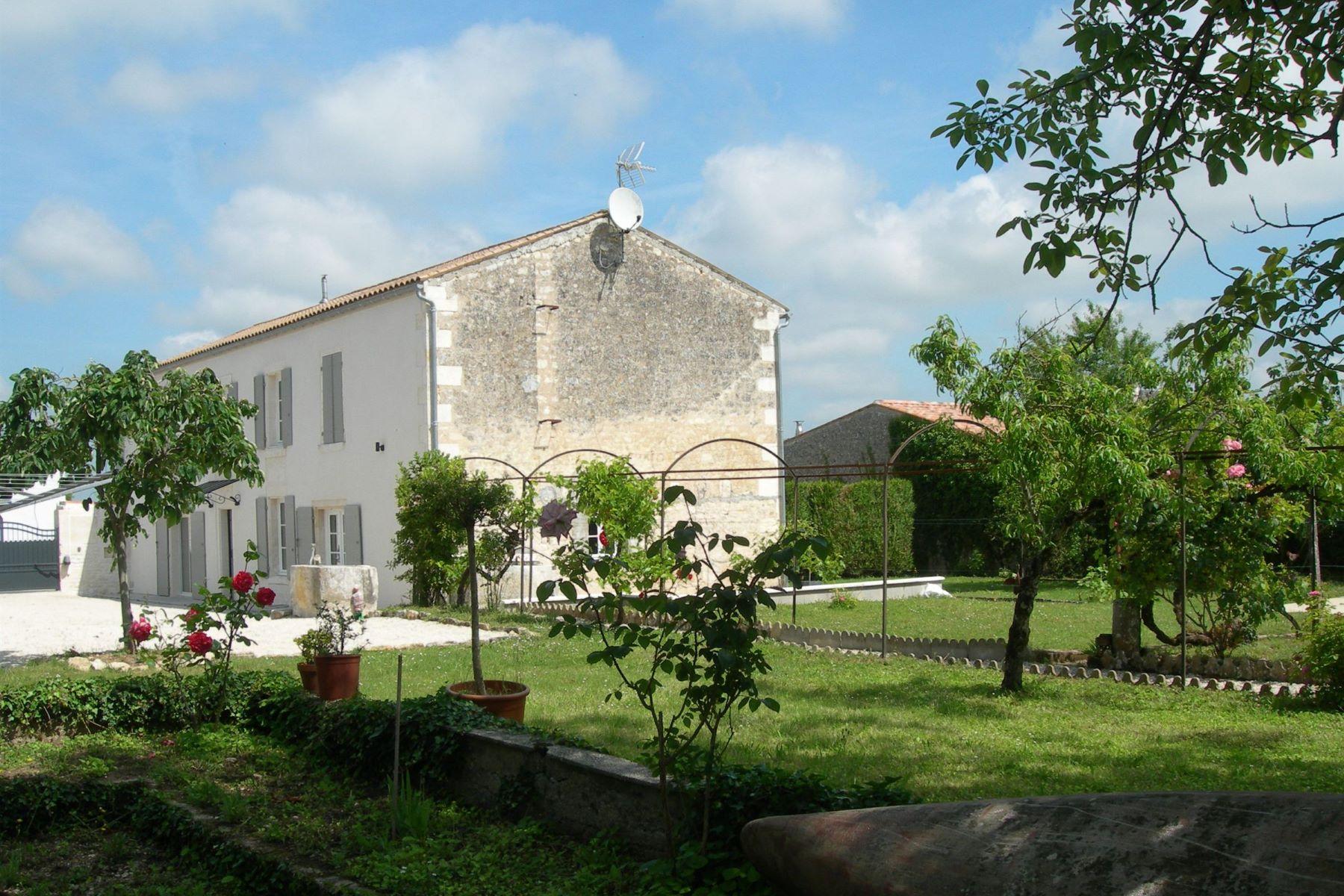 独户住宅 为 销售 在 Charentaise House with pool Saintes, Poitou-Charentes 17100 France