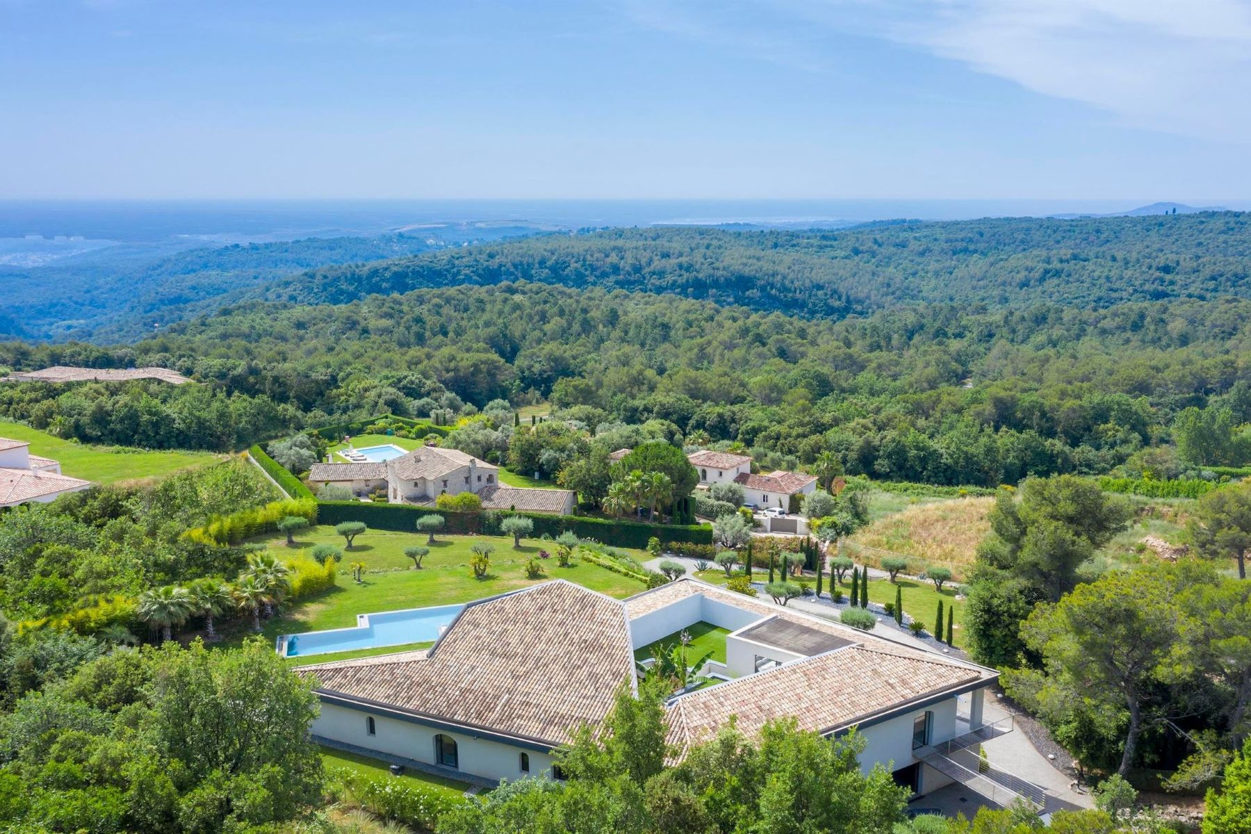 Single Family Homes por un Venta en Splendid architect-designed villa within the sought-after estate of Music House Roquefort Les Pins, Provincia - Alpes - Costa Azul 06330 Francia
