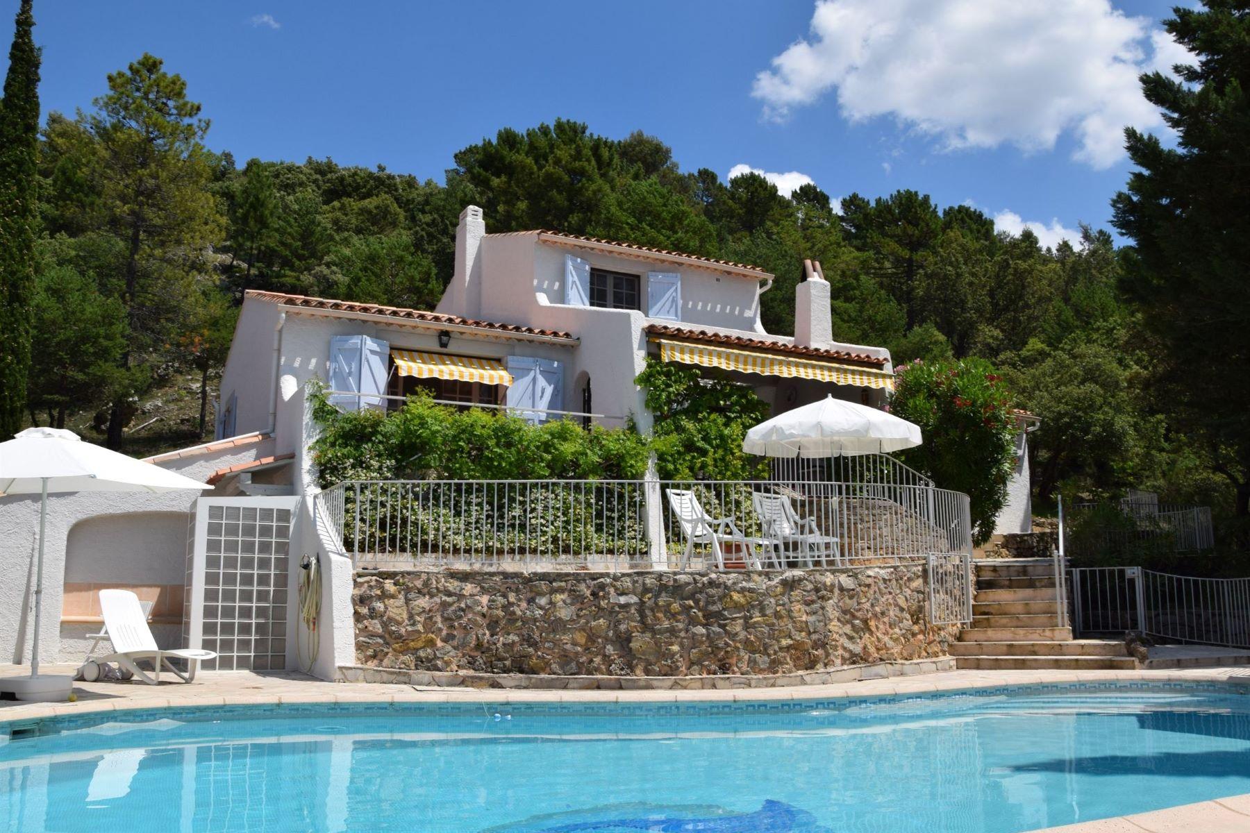 "Single Family Homes por un Venta en Exclusive: Villa in private park ""Domaine de Saint Pierre"" Tourtour, Provincia - Alpes - Costa Azul 83690 Francia"