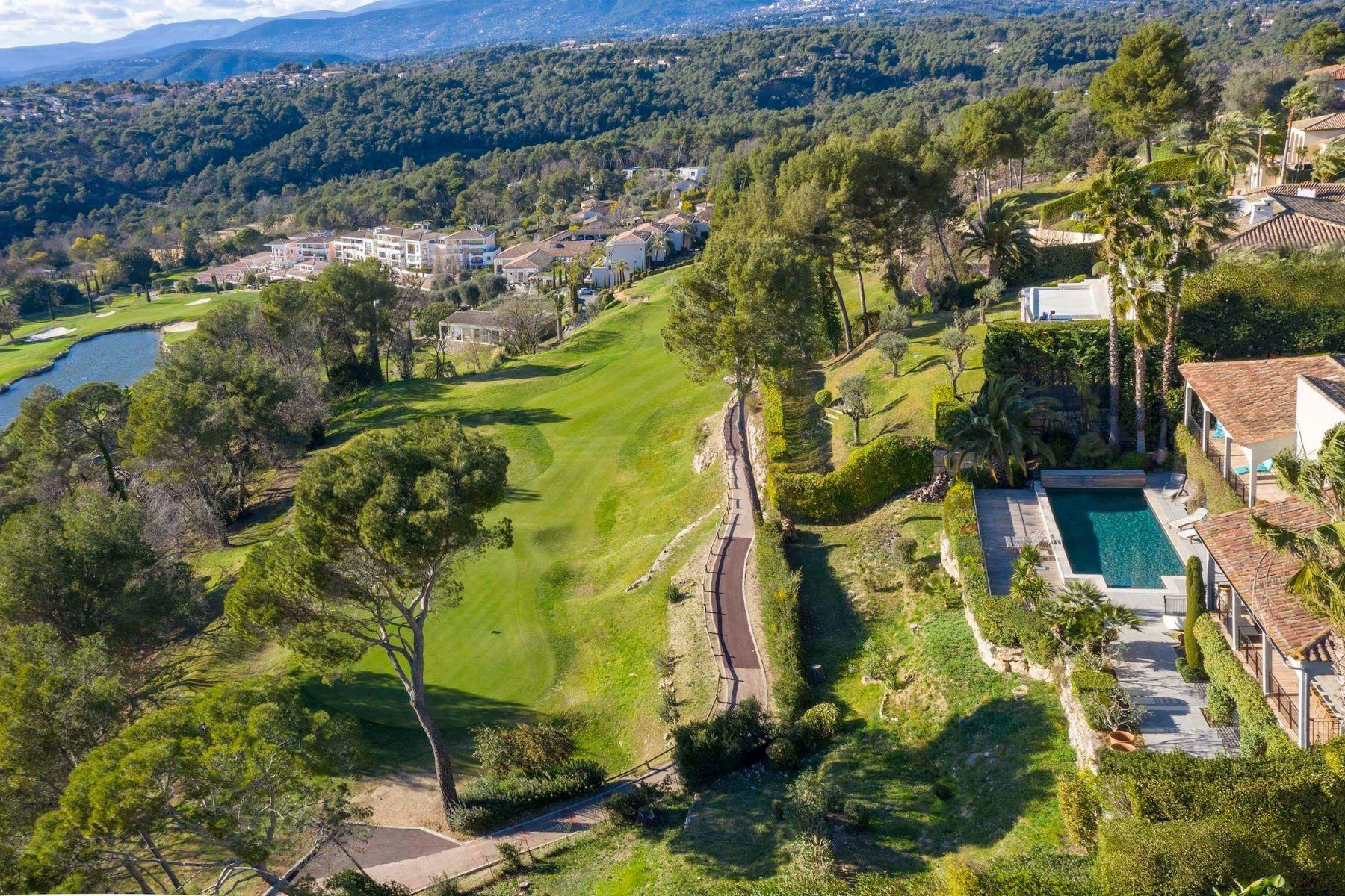 Single Family Homes por un Venta en A luxurious villa on the edge of a prestigious golf course in Mougins Mougins, Provincia - Alpes - Costa Azul 06250 Francia