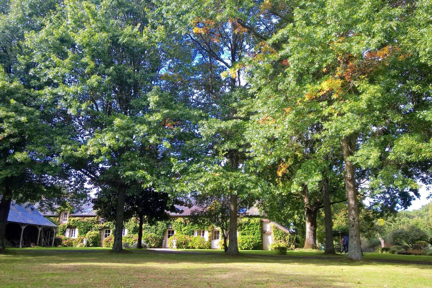 Частный односемейный дом для того Продажа на Old stone built farm + 90 m2 house amongst 30 ha forests, fields, lakes Herbignac, Луара, 44410 Франция