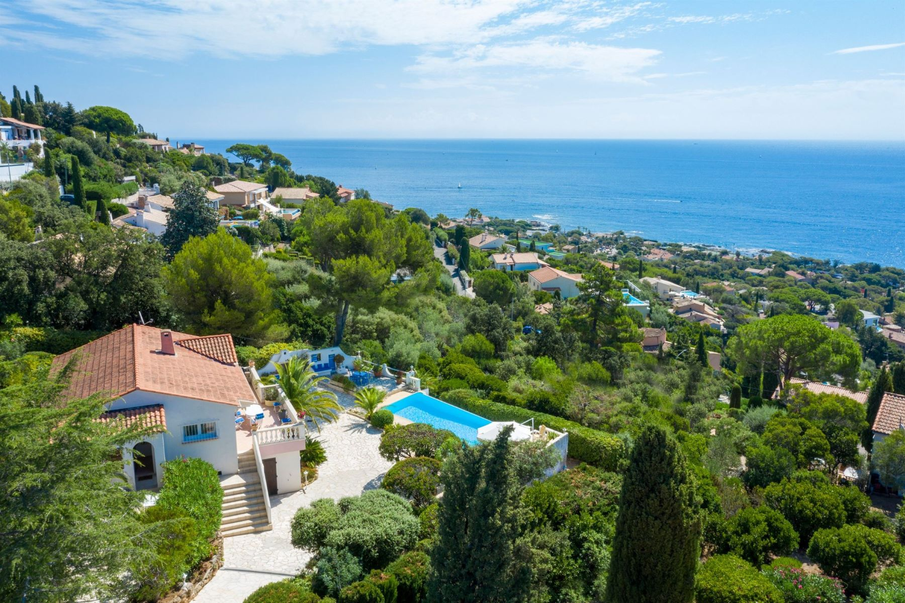 Single Family Homes por un Venta en Sole agent. Les Issambres - For sale, charming property with panoramic views Les Issambres, Provincia - Alpes - Costa Azul 83380 Francia