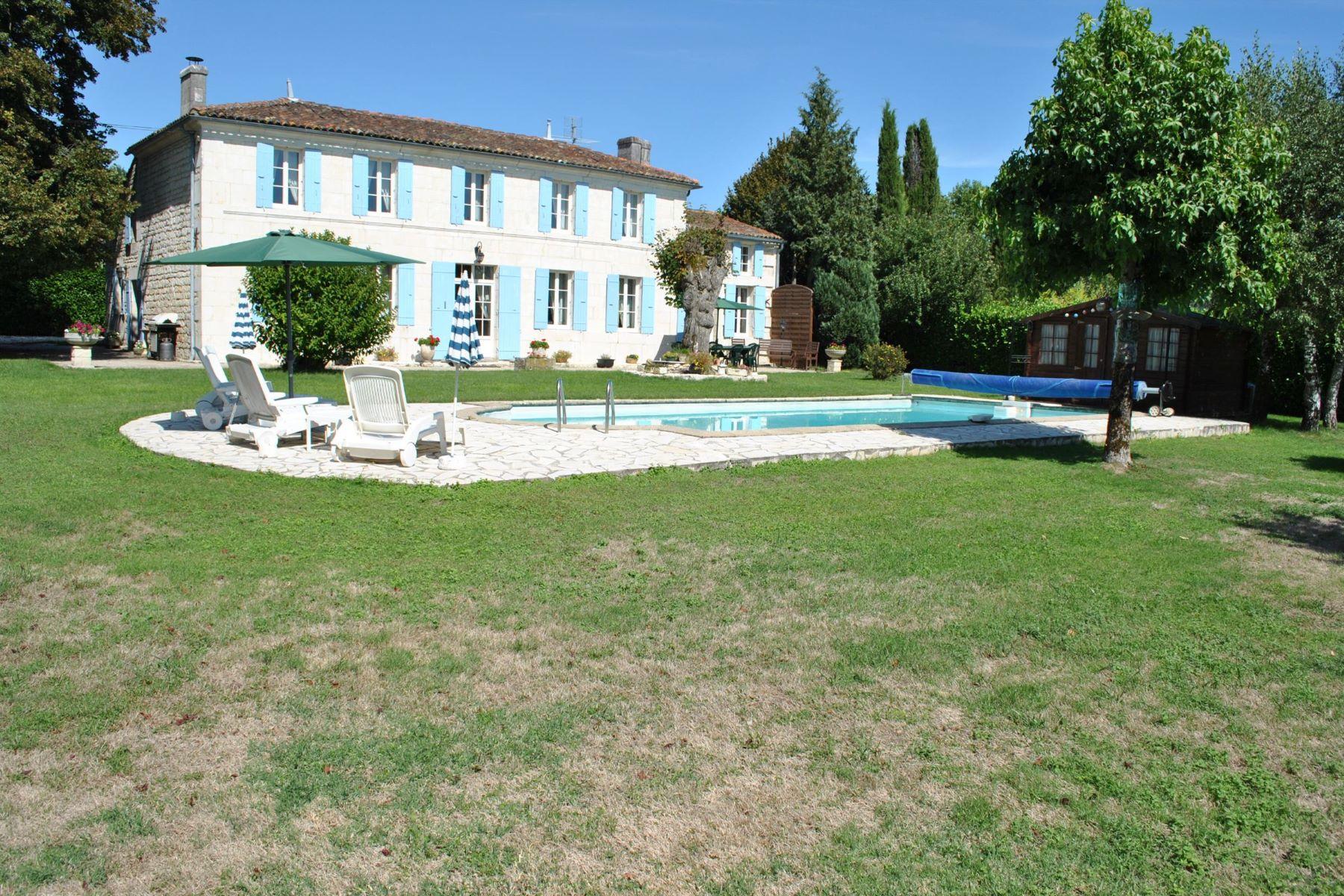独户住宅 为 销售 在 Charentaise House with pool close to SAINTES 圣特斯, 普瓦图夏朗德, 17100 法国