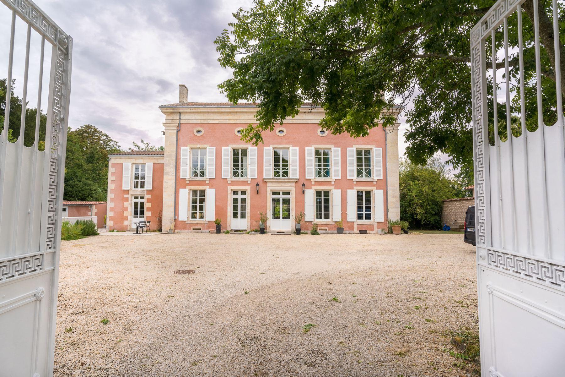 Single Family Homes por un Venta en Maison de caractère Niort, Poitou-Charentes 79000 Francia