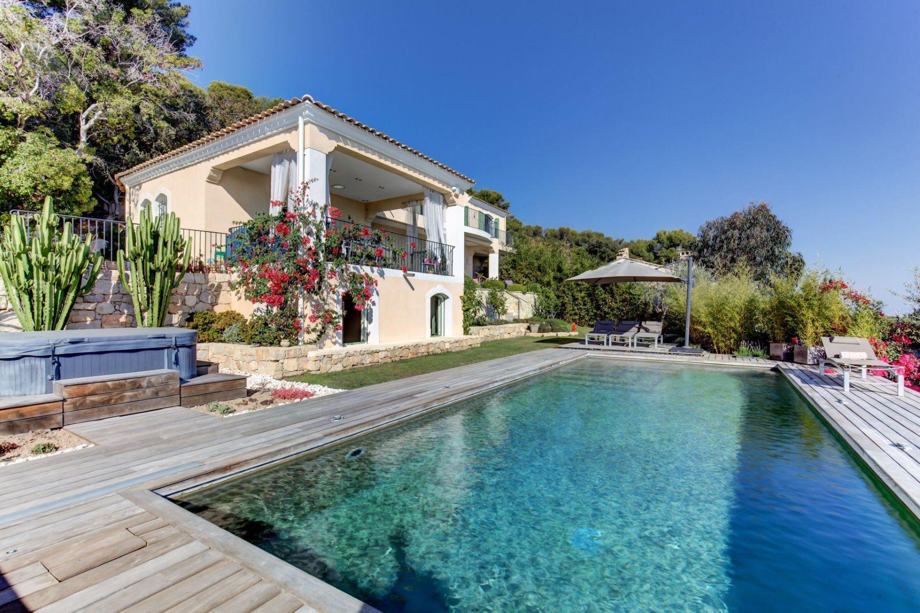Single Family Homes por un Venta en Villa for sale on the heights of Golfe Juan - Paoramic sea views Golfe Juan, Provincia - Alpes - Costa Azul 06220 Francia