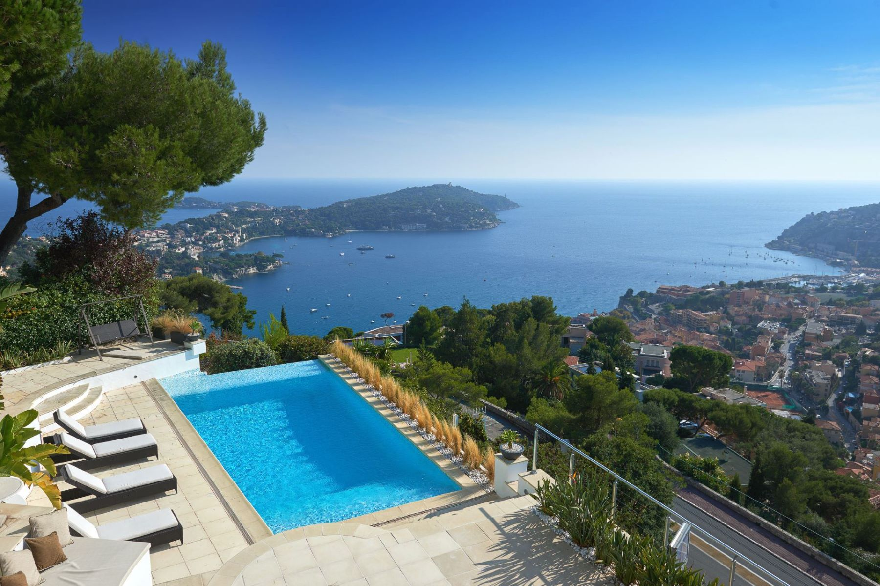 Einfamilienhaus für Verkauf beim Contemporary villa in unique position dominant over the bay of Villefranche Villefranche Sur Mer, Provence-Alpes-Cote D'Azur, 06230 Frankreich