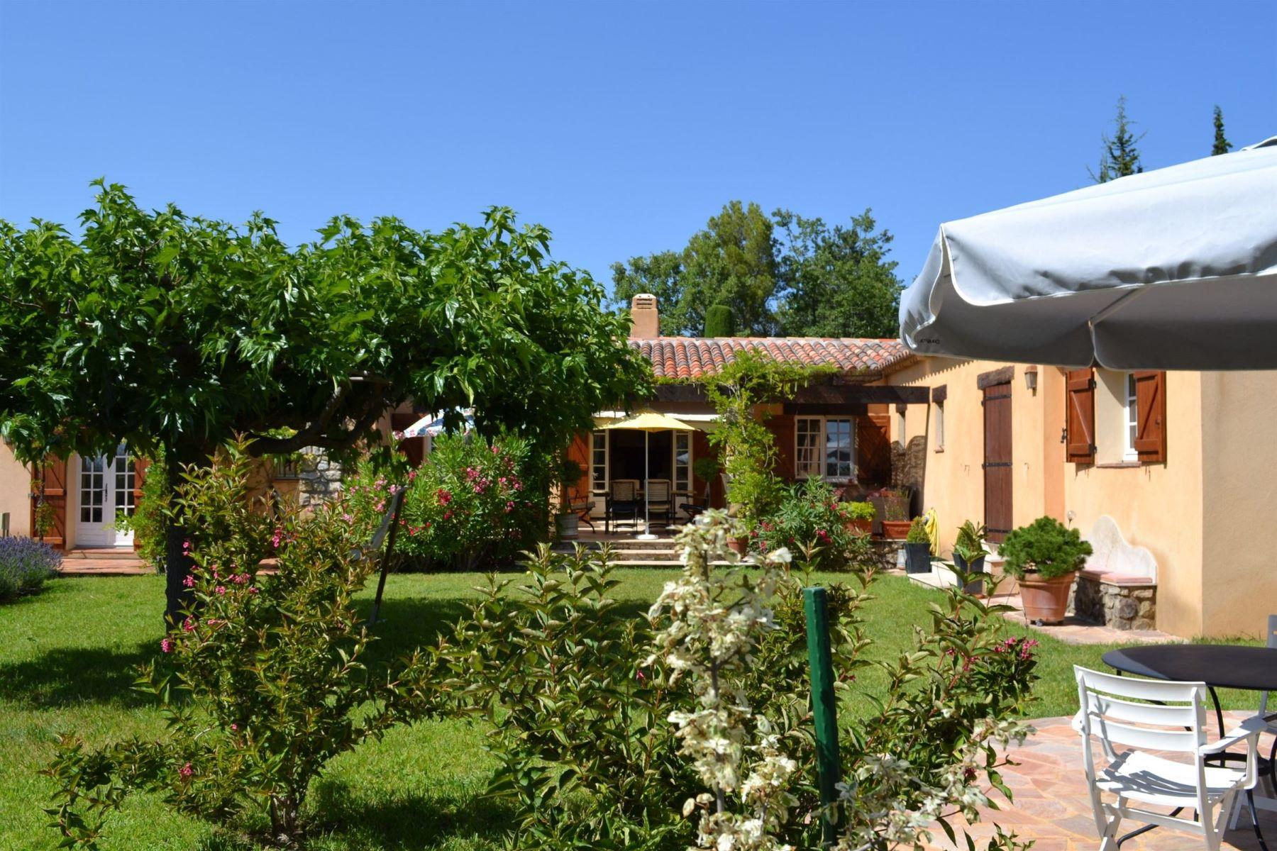 Single Family Homes por un Venta en UNDER OFFER; Provencal villa with fantastic views, in private park Tourtour, Provincia - Alpes - Costa Azul 83690 Francia