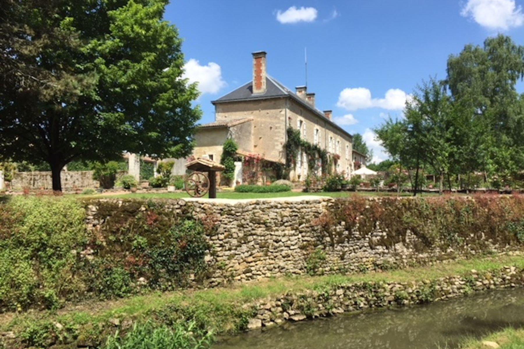 Single Family Homes por un Venta en House of prestige near niort Niort, Poitou-Charentes 79000 Francia