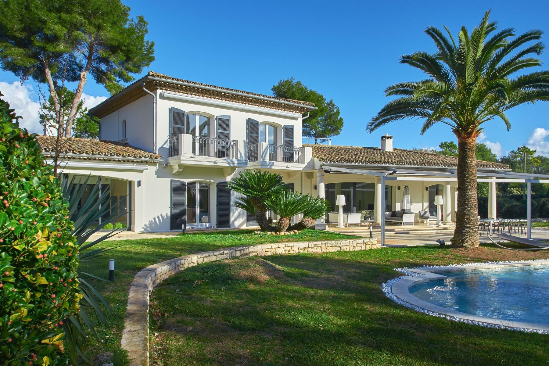 Single Family Homes por un Venta en Luxurious modern villa 470 sq.m in Saint-Paul-de-Vence in a sought after area Other Provence-Alpes-Cote D'Azur, Provincia - Alpes - Costa Azul 06570 Francia