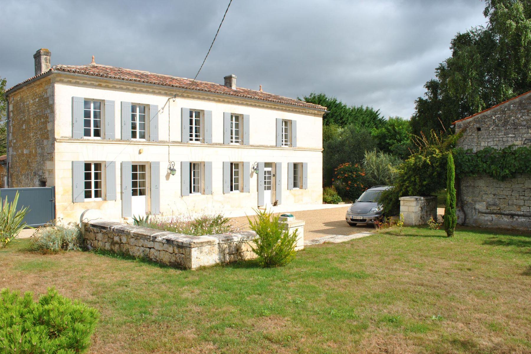 独户住宅 为 销售 在 Charentaise stone house with pool Tesson, 普瓦图夏朗德, 17460 法国