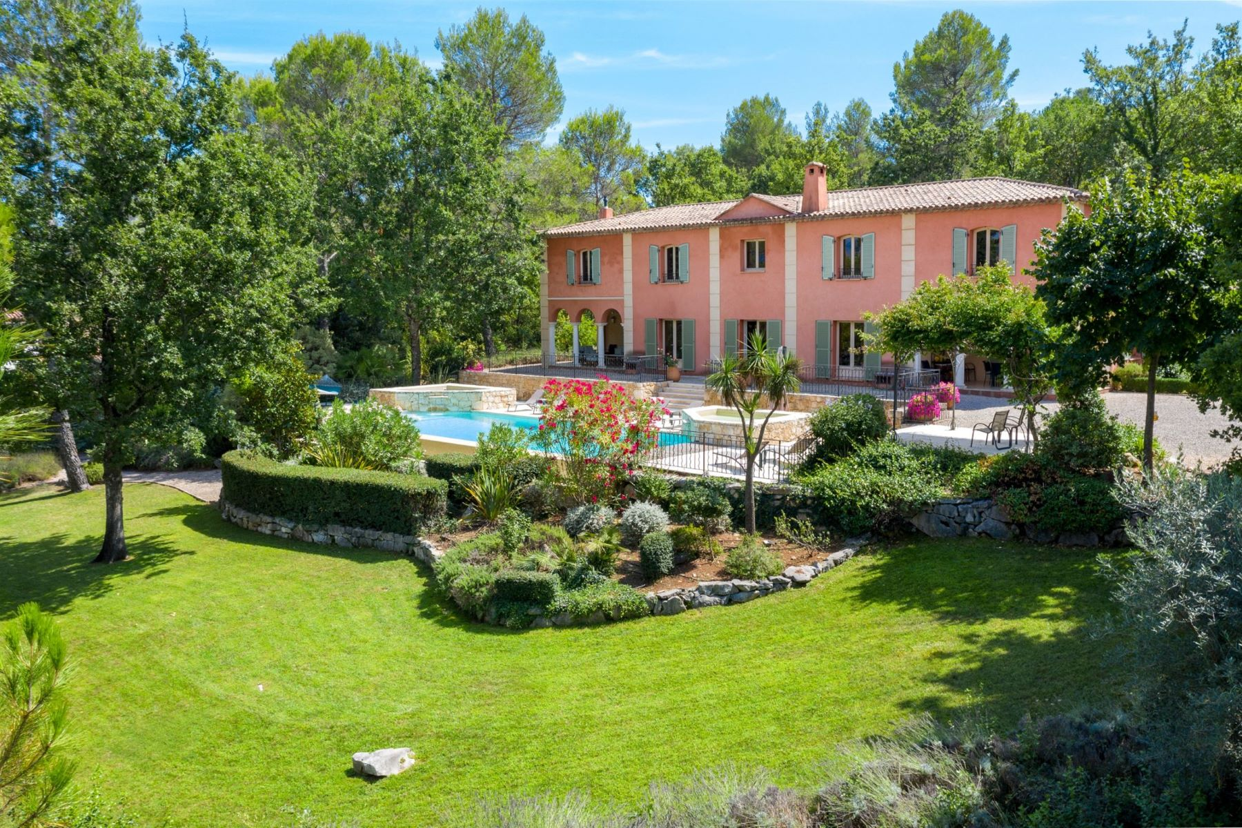 Single Family Homes por un Venta en Luxury villa for sale within the sought-after golf resort of Terre Blanche Tourrettes, Provincia - Alpes - Costa Azul 83440 Francia