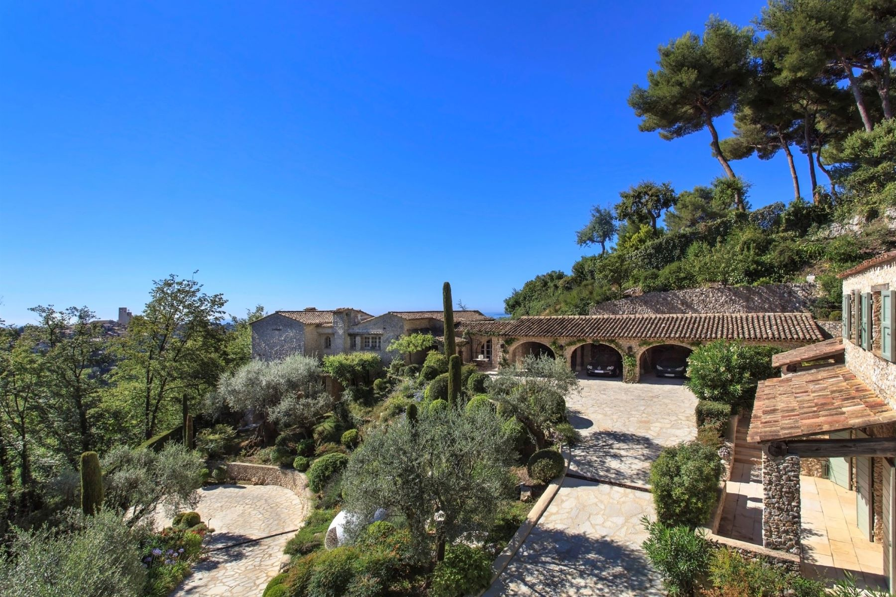 Single Family Homes por un Venta en For sale in Saint-Paul-de-Vence, a prestigious stone property of 433 sq.m Other Provence-Alpes-Cote D'Azur, Provincia - Alpes - Costa Azul 06570 Francia