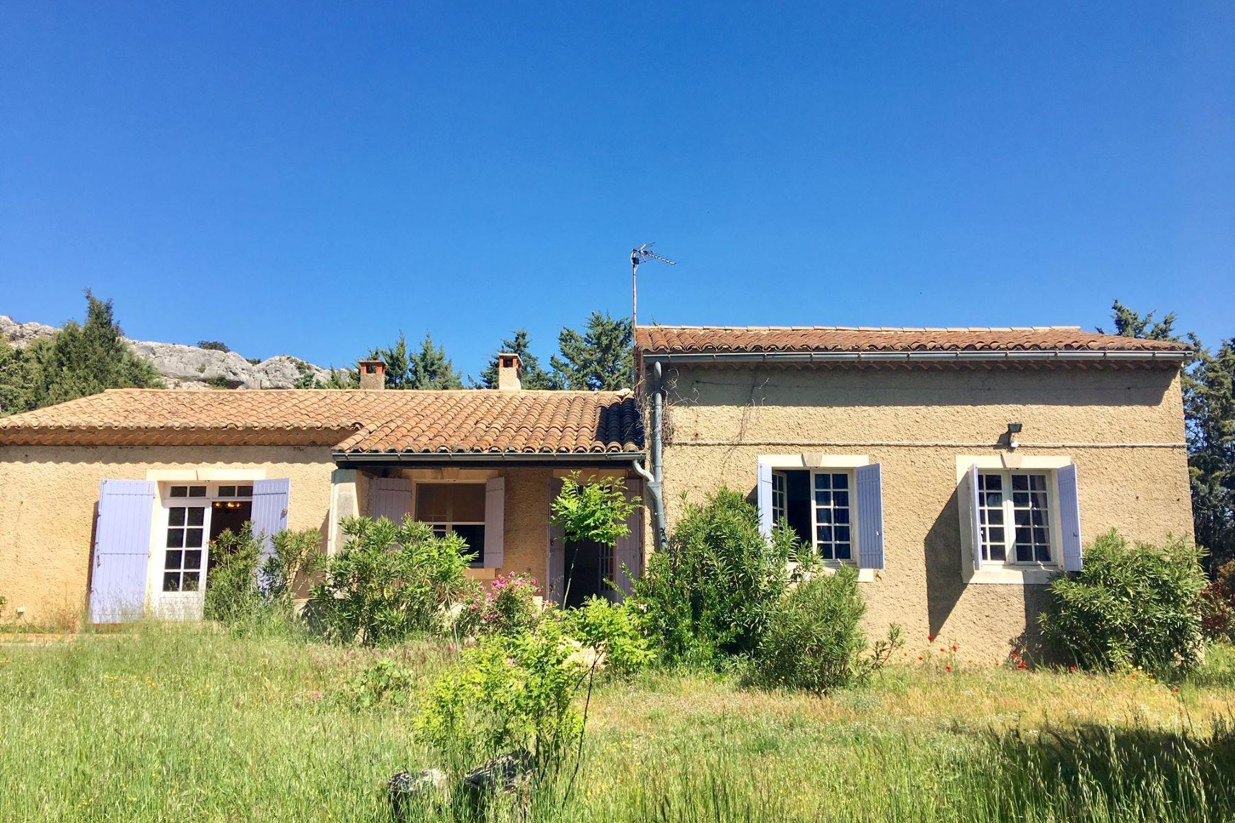 Single Family Homes por un Venta en House to renovate with large plot near the center of Eygalières Eygalieres, Provincia - Alpes - Costa Azul 13810 Francia