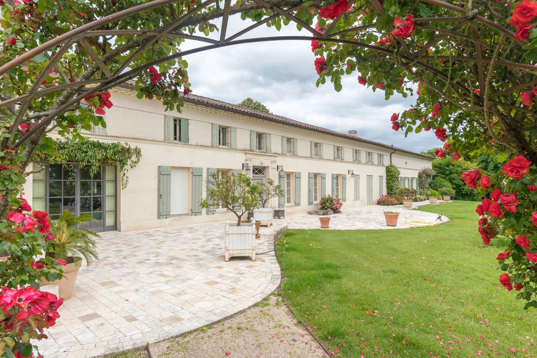 Single Family Homes por un Venta en Beautiful property Mortagne Sur Gironde, Poitou-Charentes 17120 Francia