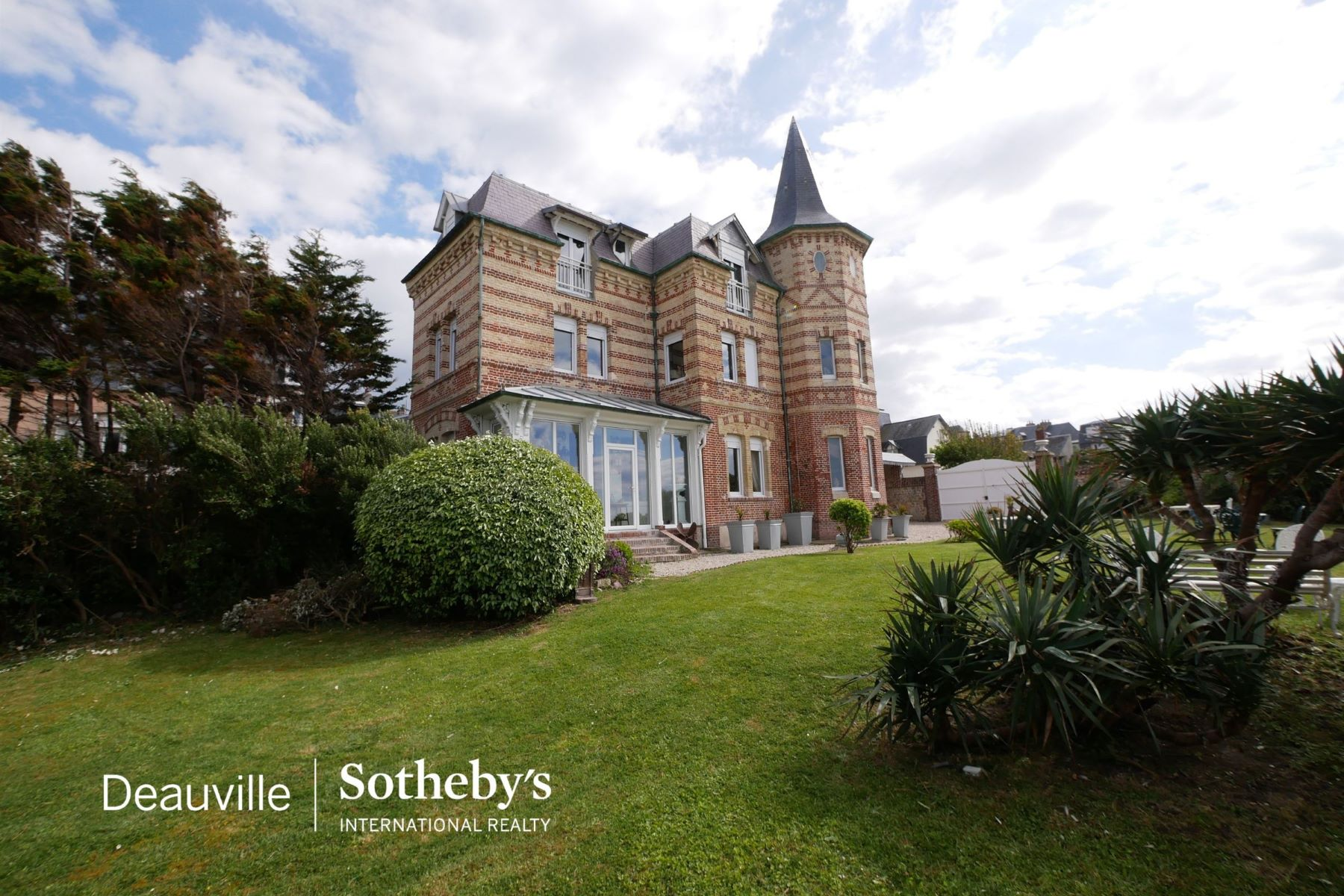 Single Family Homes por un Venta en Normandy - Calvados - Sale - Côte Fleurie, Remarkable Villa on the seafront. Villerville, Baja Normandia 14113 Francia