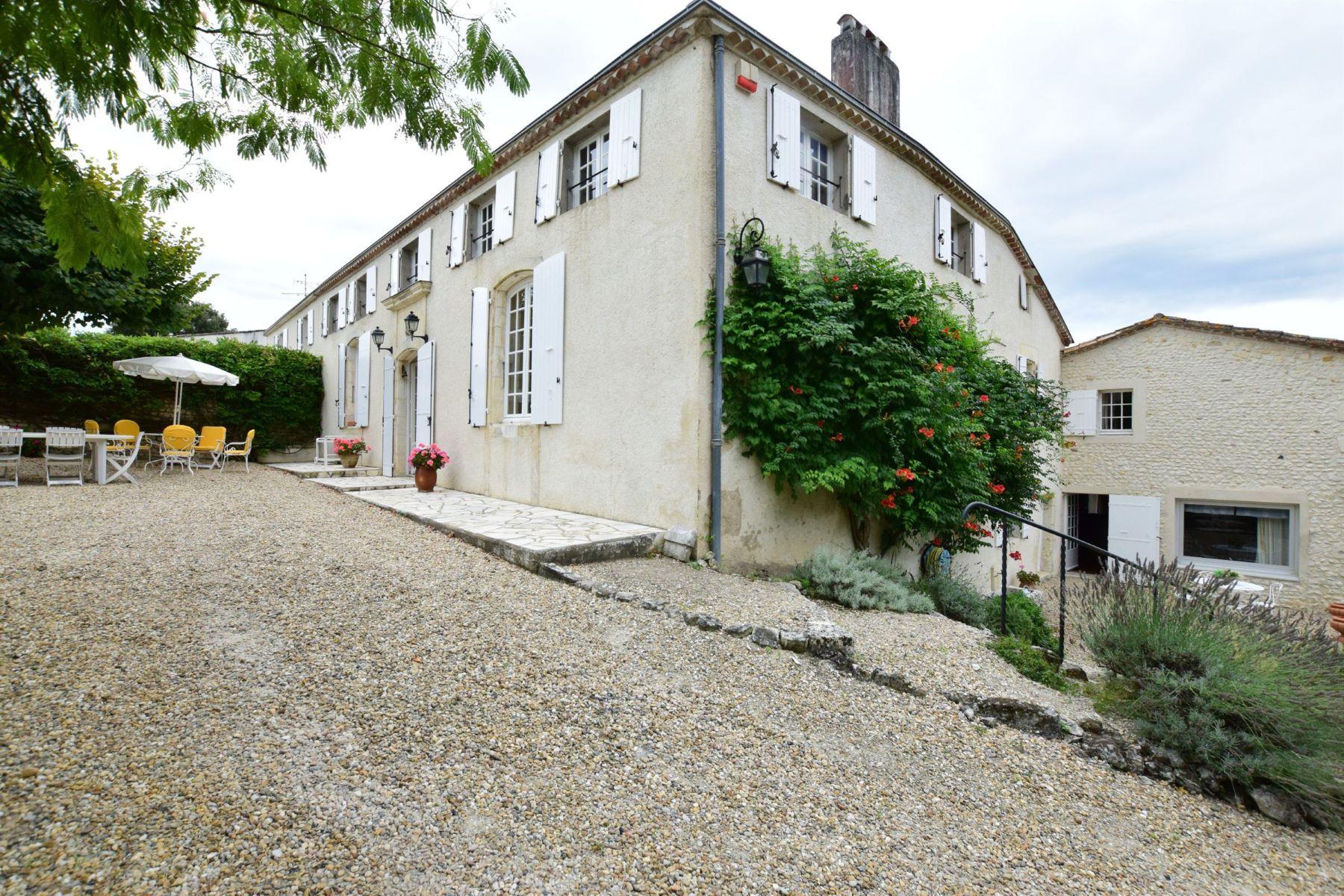 独户住宅 为 销售 在 Propriété avec 2 maisons et piscine Epargnes, 普瓦图夏朗德, 17120 法国