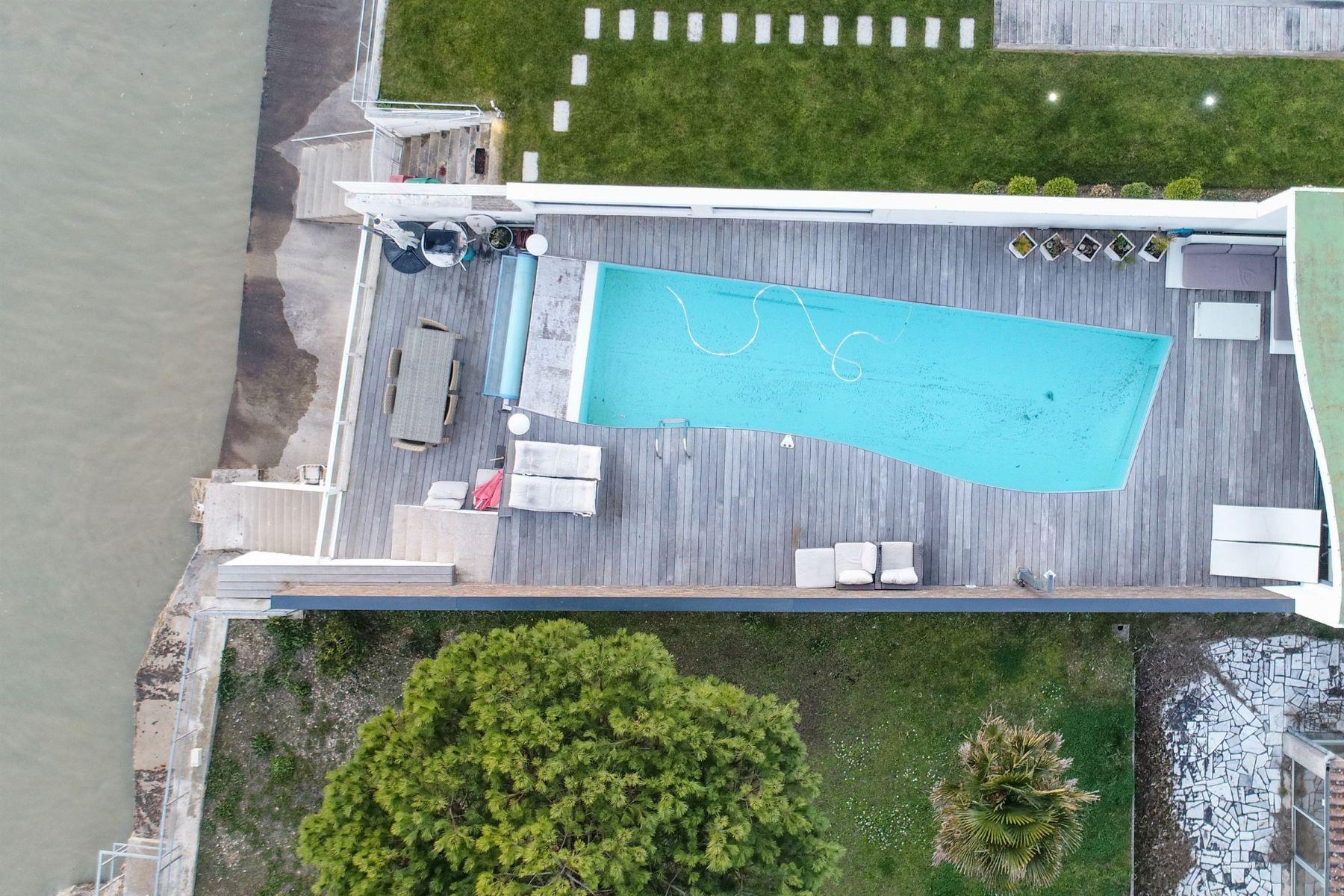 Single Family Homes por un Venta en VILLA 1st LINE OCEAN La Rochelle, Poitou-Charentes 17000 Francia