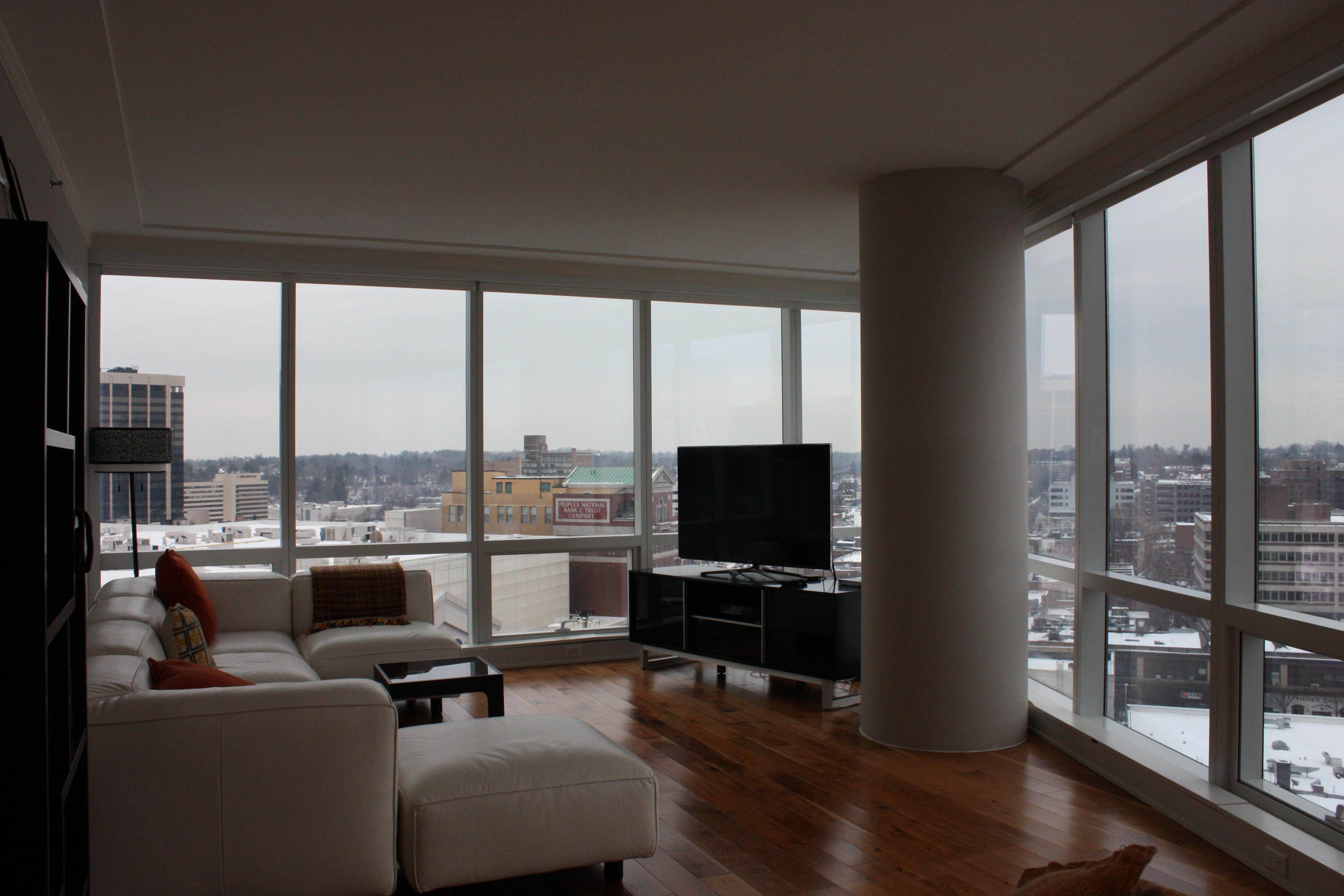 Eigentumswohnung für Verkauf beim Large corner apartment 1 Renaissance Square 14D White Plains, New York 10601 Vereinigte Staaten