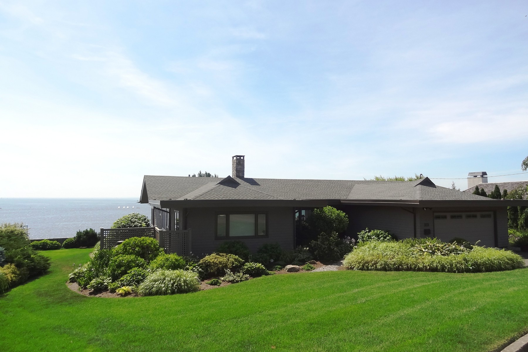 Moradia para Venda às Views, Views, Views from Dramatic Ranch Style Home with Contemporary Flair 105 Battery Park Drive Bridgeport, Connecticut, 06605 Estados Unidos