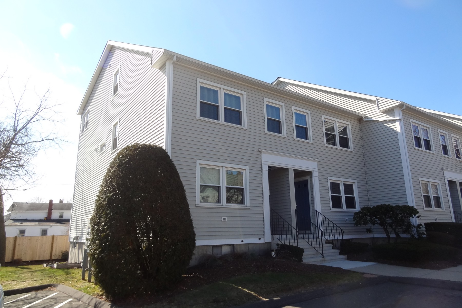 rentals property at Move-in Condition Updated Townhouse in Black Rock