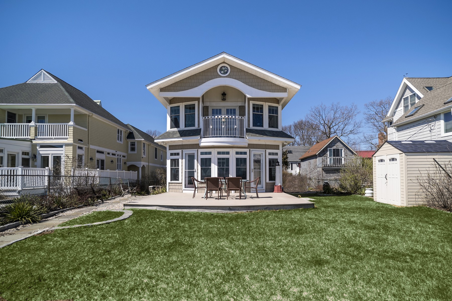 独户住宅 为 销售 在 Sun Filled Waterfront Home 159 Shore Road 克林顿, 康涅狄格州, 06413 美国
