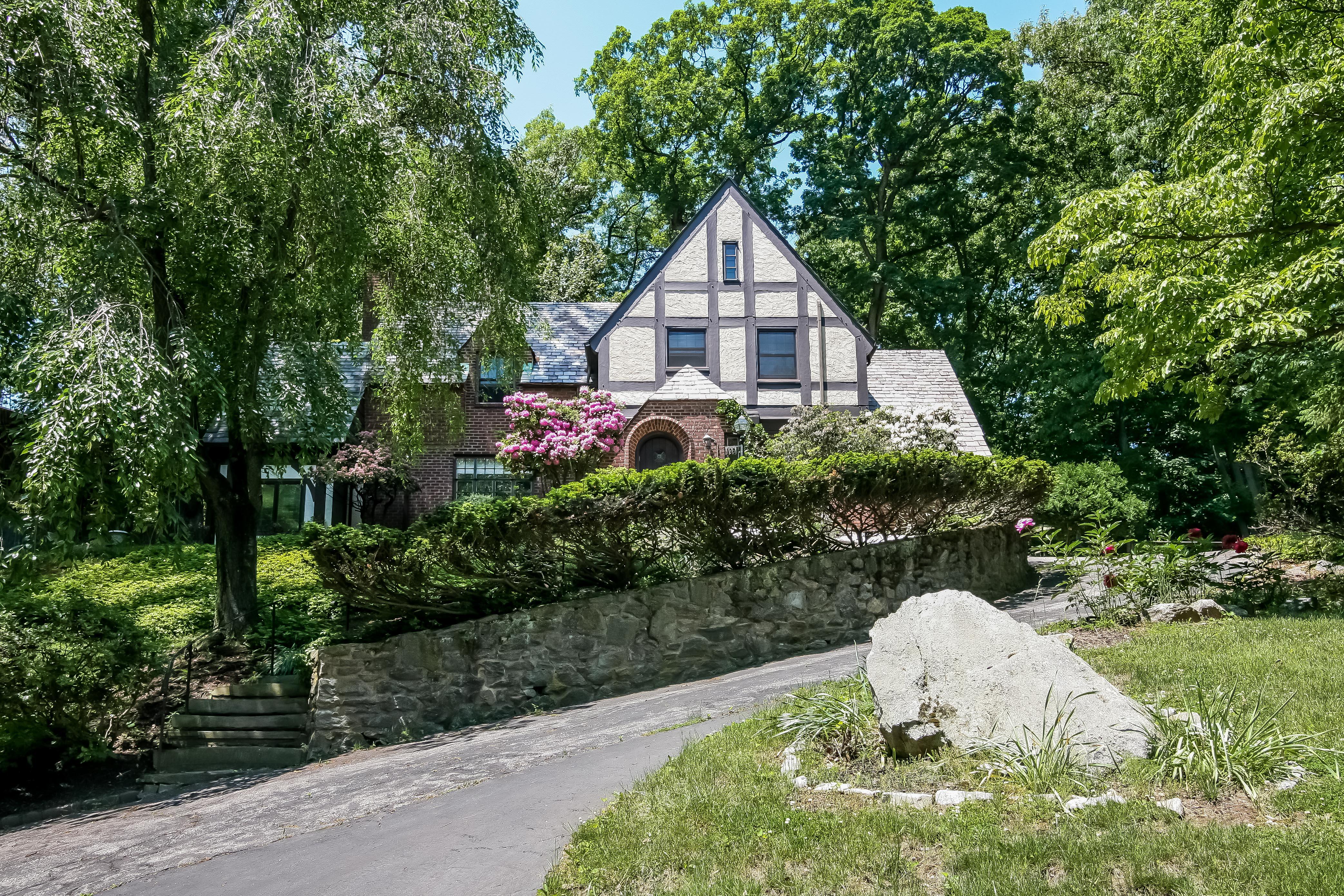 Einfamilienhaus für Verkauf beim Classic Riverview Manor Tudor 196 Judson Avenue Dobbs Ferry, New York 10522 Vereinigte Staaten