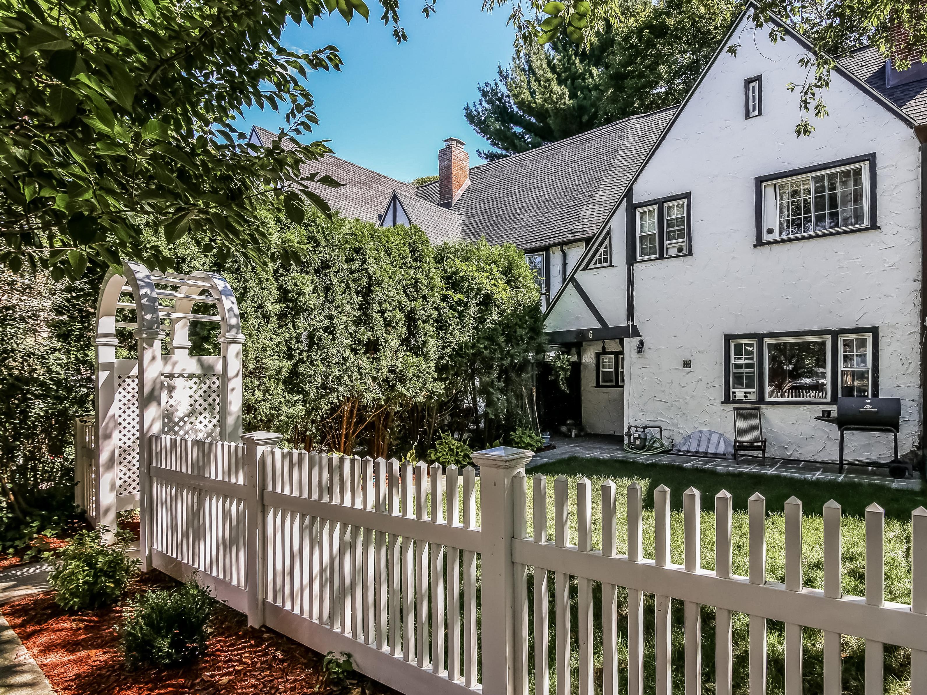 一戸建て のために 売買 アット Picturesque Storybook Home 6 Pell Place Pelham, ニューヨーク, 10803 アメリカ合衆国