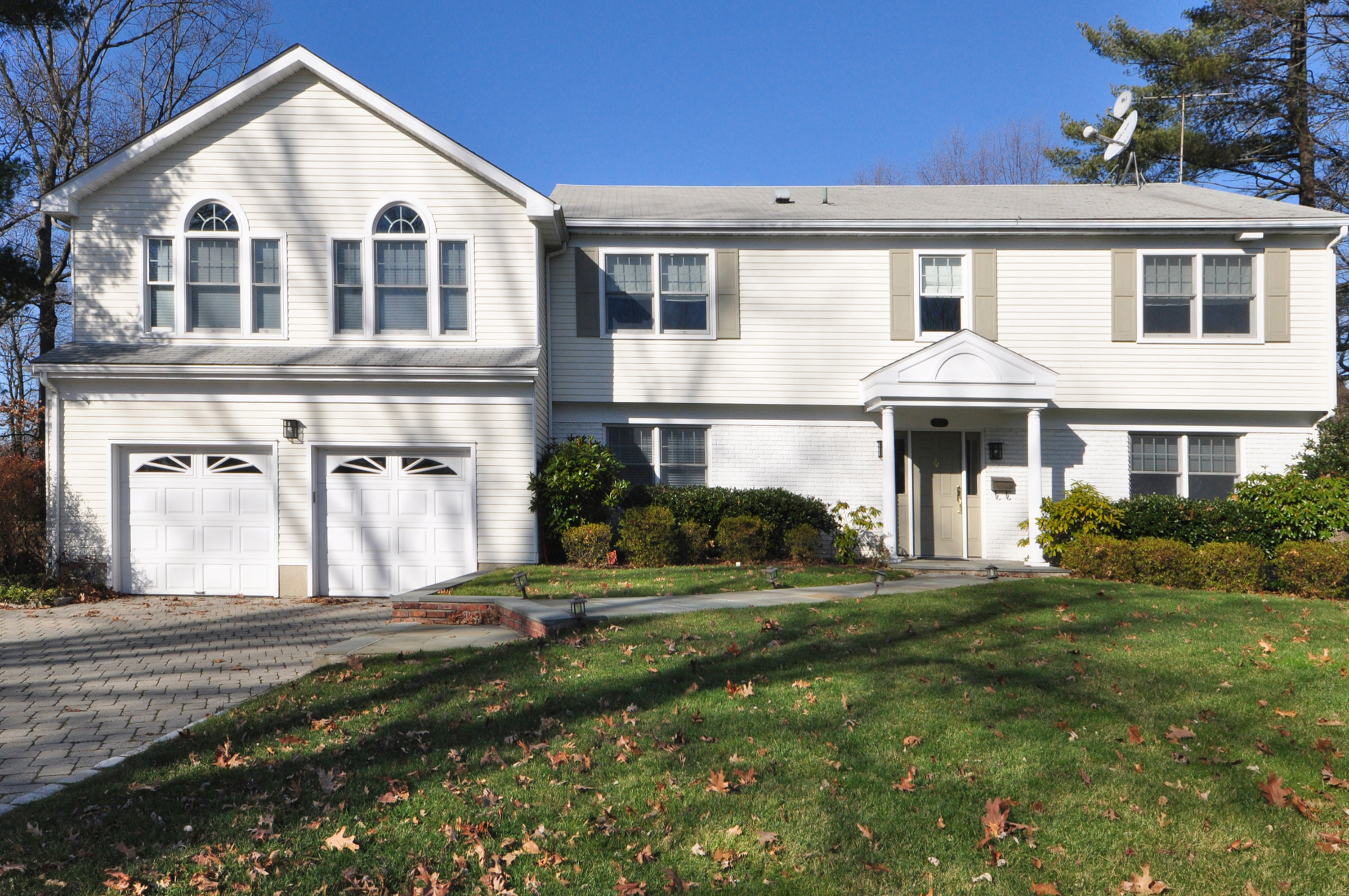 Single Family Home for Sale at Superb Colonial 1031 Cove Road Mamaroneck, New York, 10543 United States