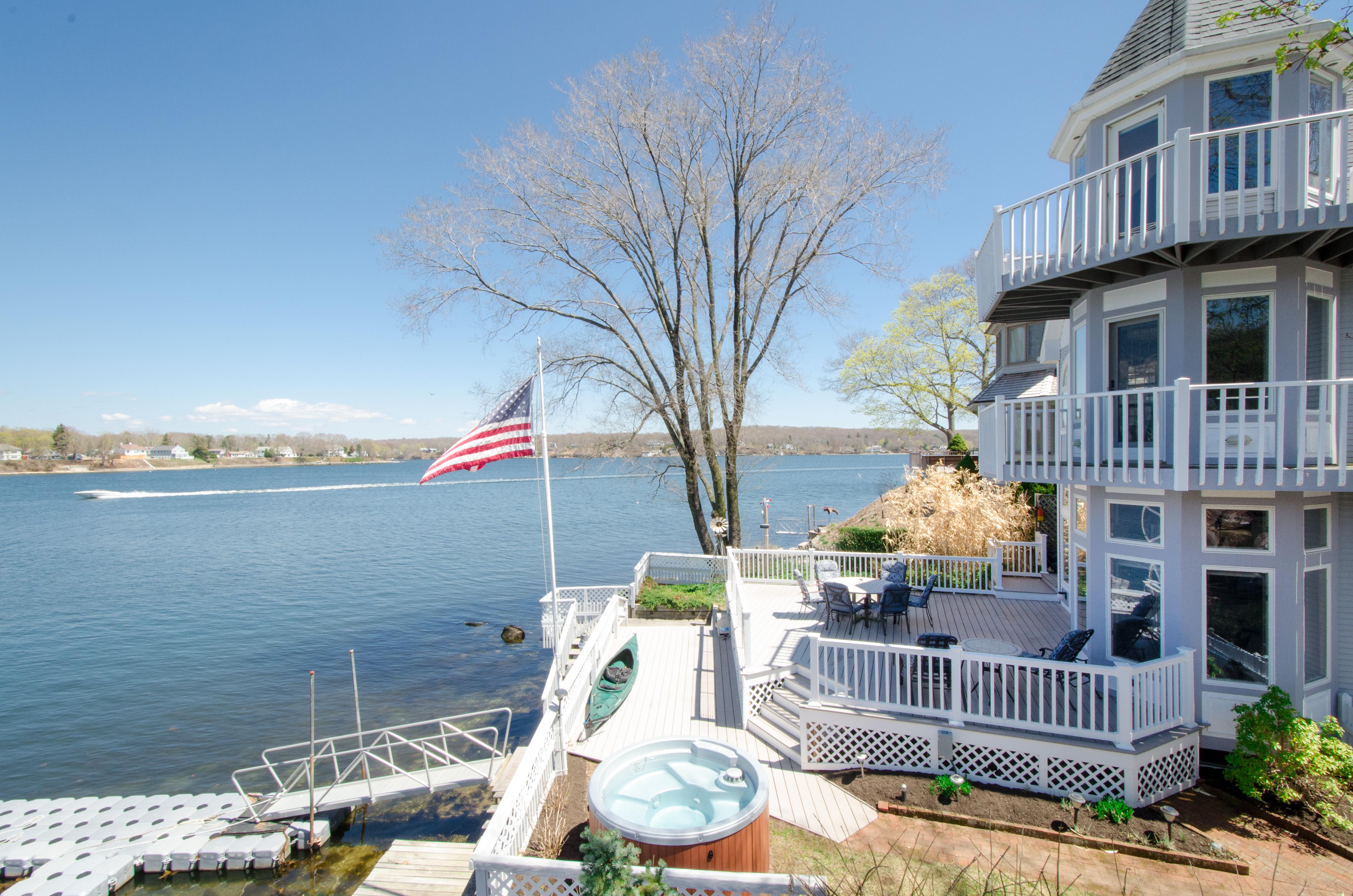 Einfamilienhaus für Verkauf beim Year-Round Waterfront Home With Spectacular Views 28 Bishops Bay Road East Lyme, Connecticut 06357 Vereinigte Staaten