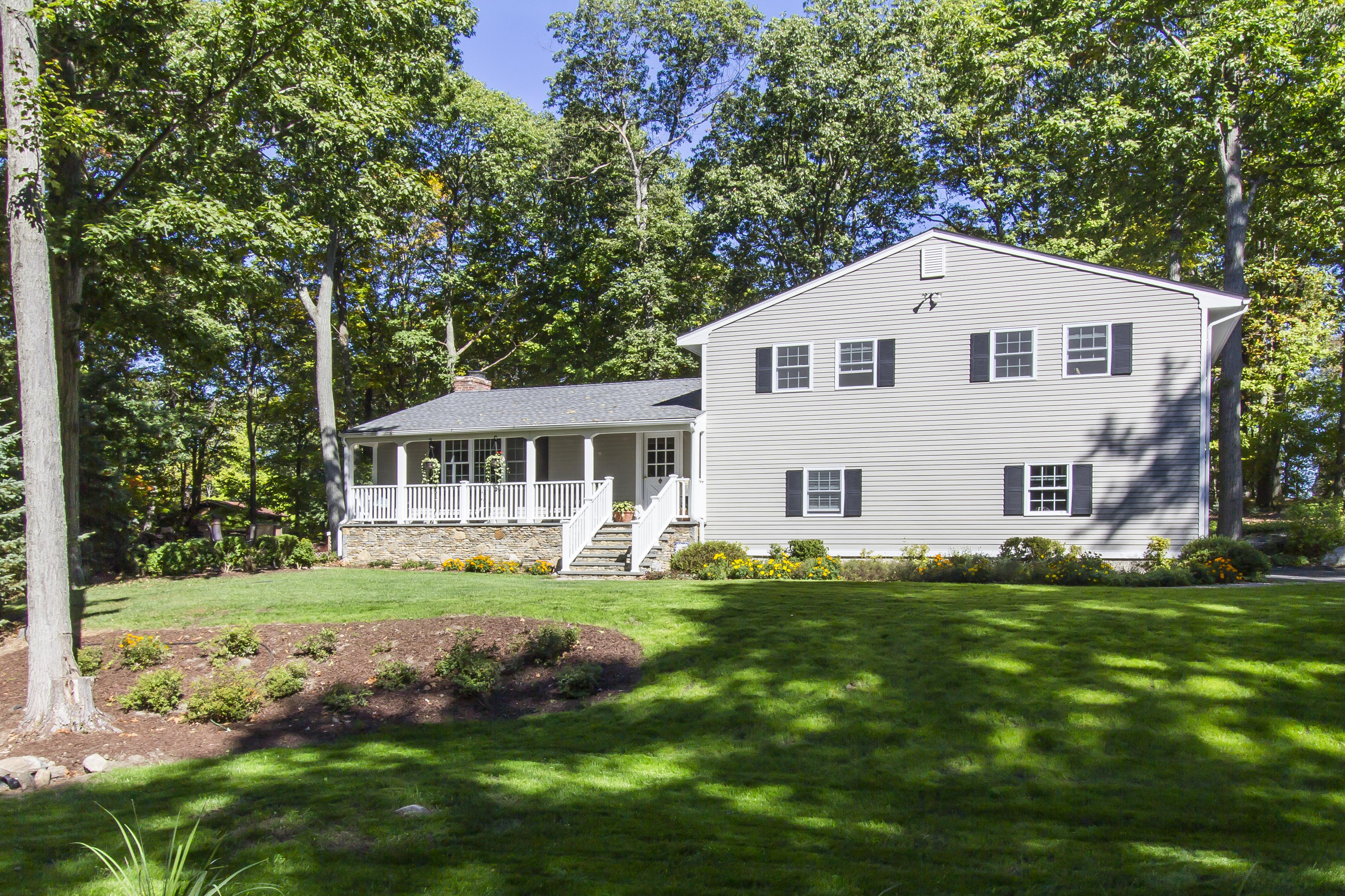 단독 가정 주택 용 매매 에 Meticulously Updated Home 338 Barrack Hill Road Ridgefield, 코네티컷, 06877 미국