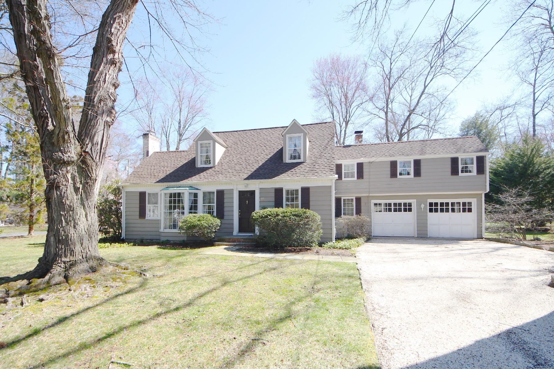 Casa para uma família para Venda às Quintessential Cape Cod Home 11 Rocaton Road Darien, Connecticut, 06820 Estados Unidos