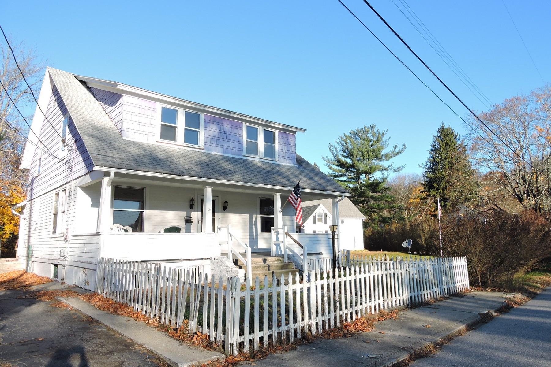 独户住宅 为 销售 在 Spacious Bungalow 5 Burton Ave 诺维奇, 康涅狄格州 06360 美国