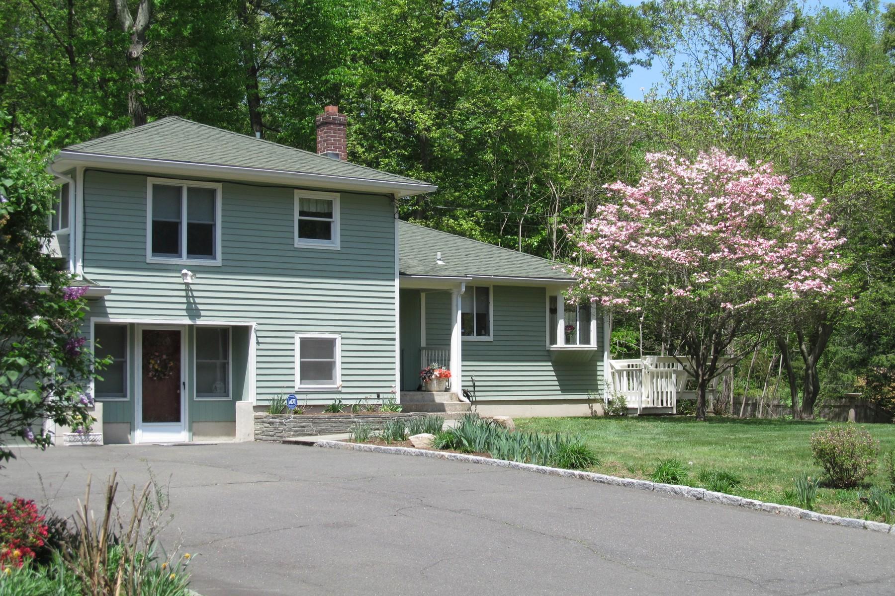 Частный односемейный дом для того Продажа на Cranbury Area Split Level with Potential Au Pair Space 1 Eastwood Road Norwalk, Коннектикут 06851 Соединенные Штаты
