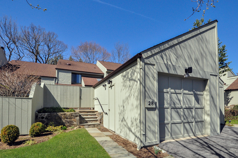 コンドミニアム のために 売買 アット New Listing in Pine Ridge Complex 28 Pine Ridge Road Larchmont, ニューヨーク, 10538 アメリカ合衆国