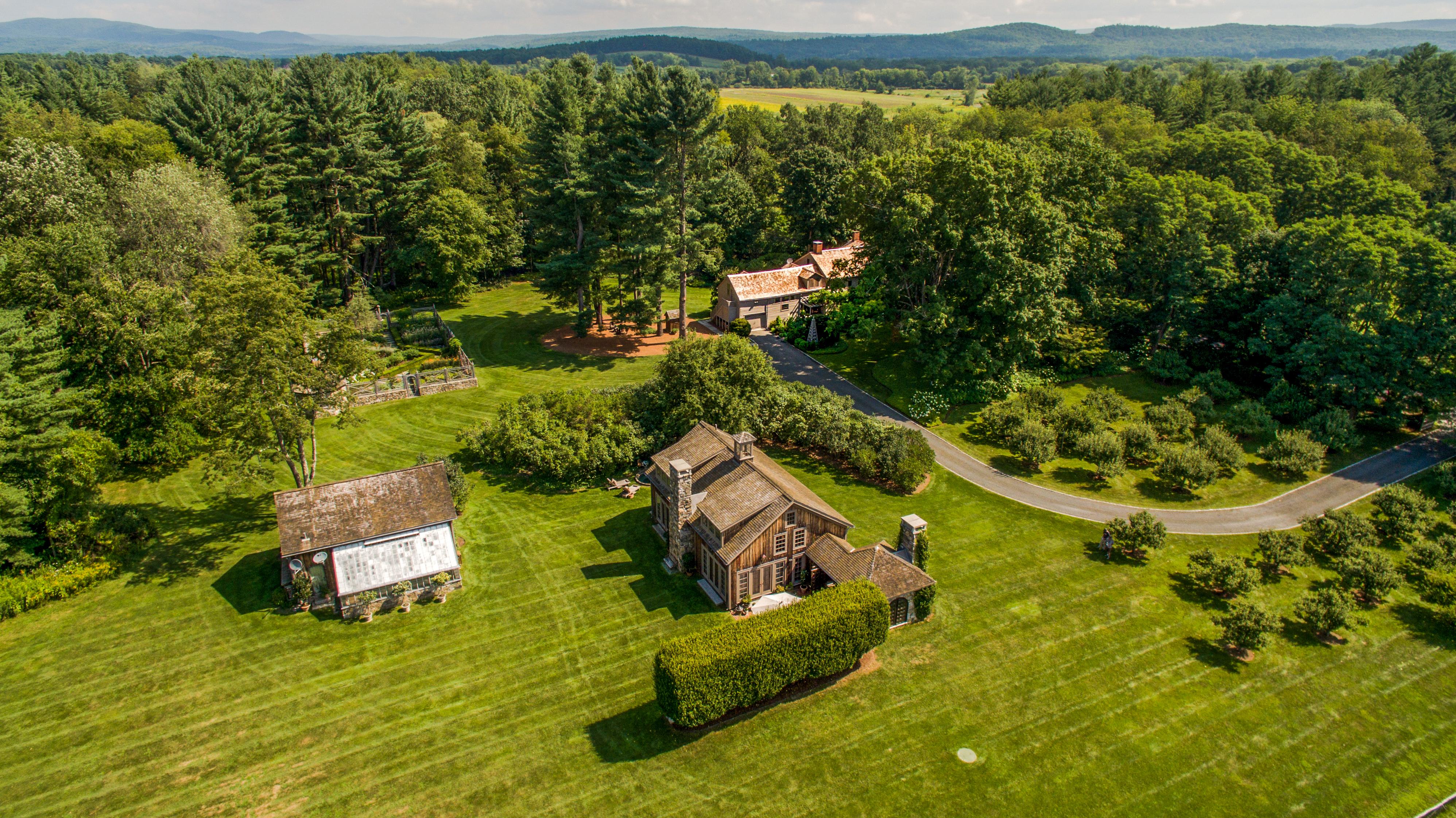 Maison unifamiliale pour l Vente à BULL HILL FARM - HISTORY AND ELEGANCE REDUX 514 Rannapo Rd Sheffield, Massachusetts 01257 États-Unis