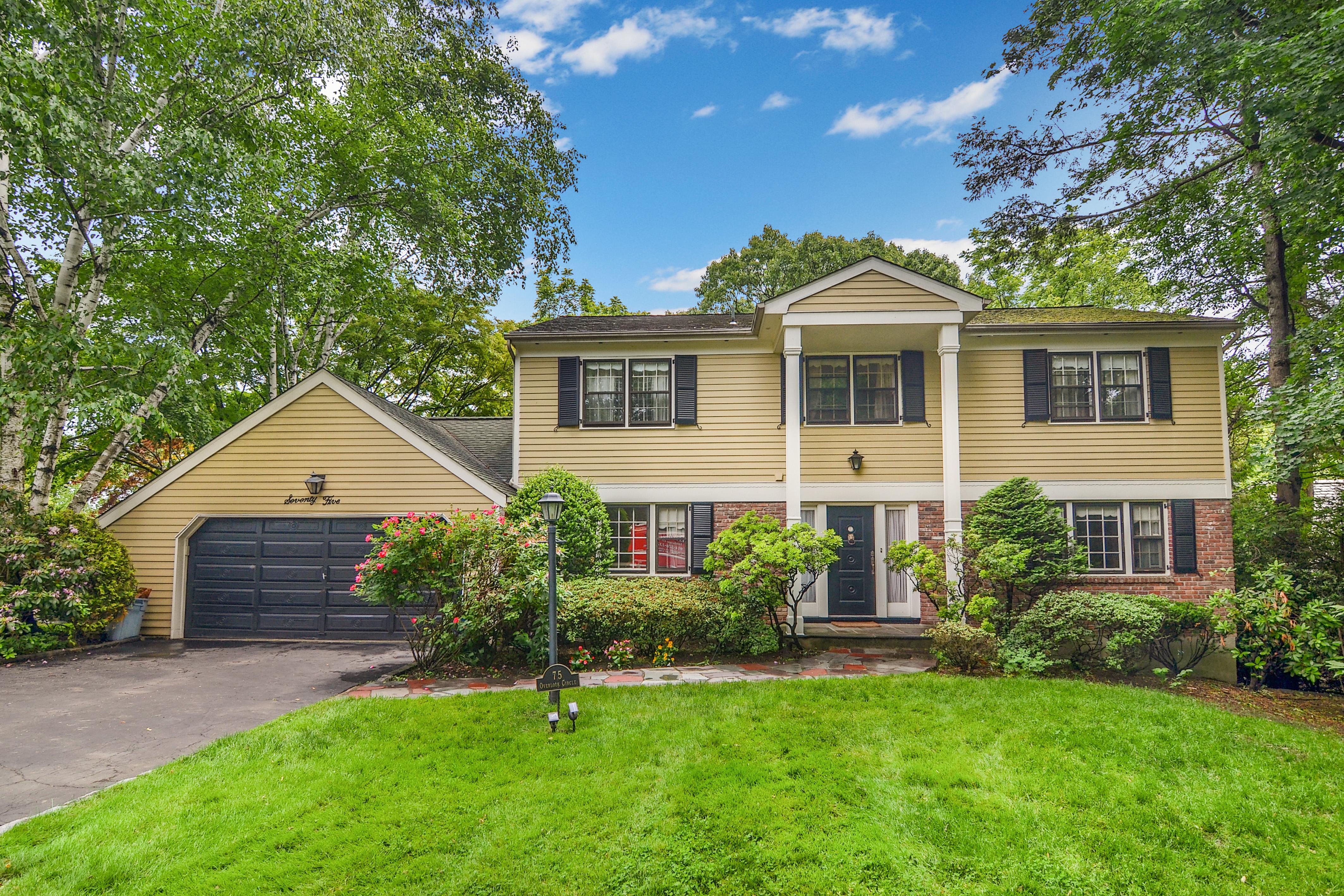 Einfamilienhaus für Verkauf beim Beechmont Center Hall Colonial 75 Overlook Circle New Rochelle, New York 10804 Vereinigte Staaten