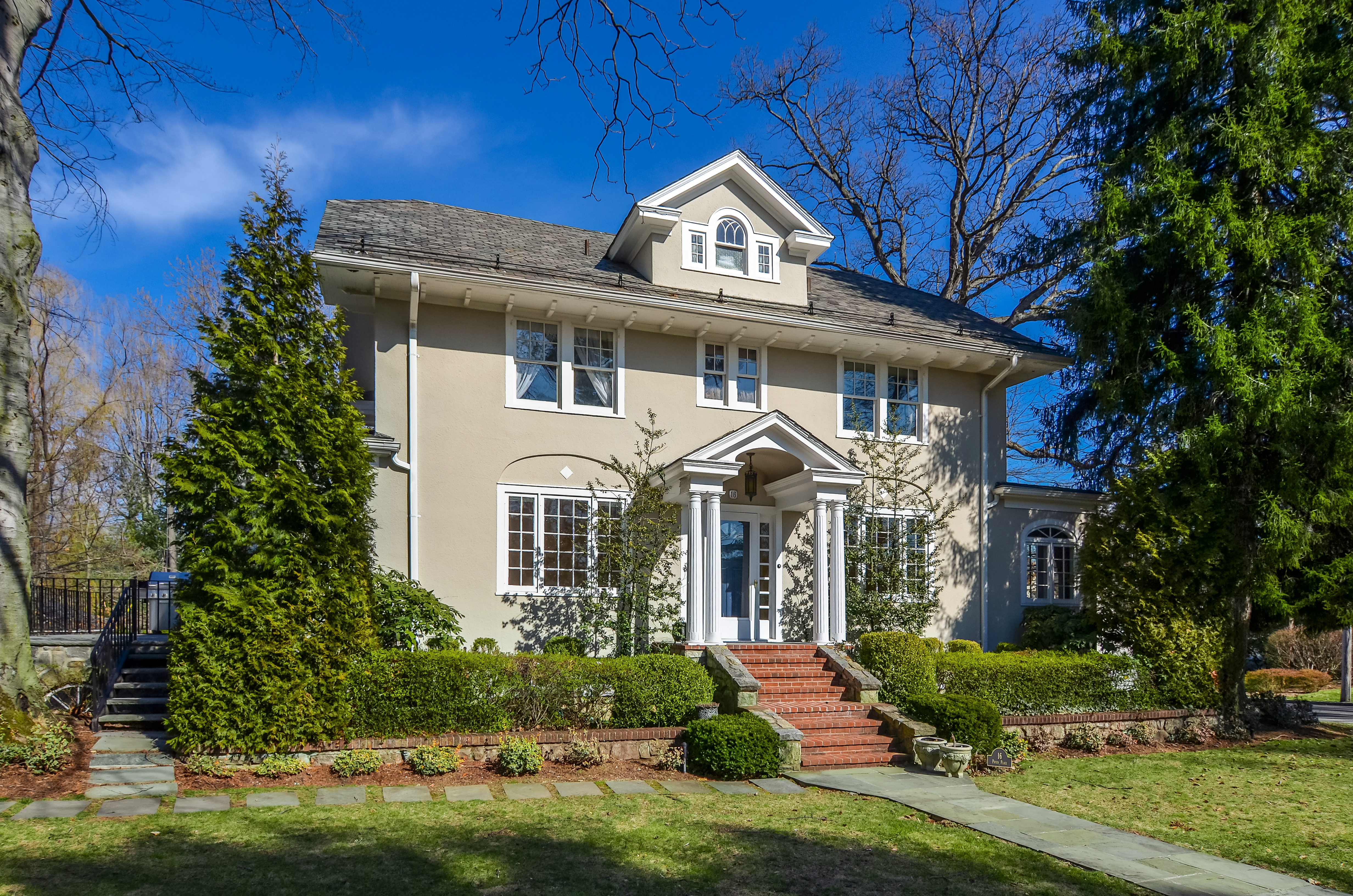 一戸建て のために 売買 アット Handsome Beechmont Colonial 16 Pryer Place New Rochelle, ニューヨーク, 10804 アメリカ合衆国