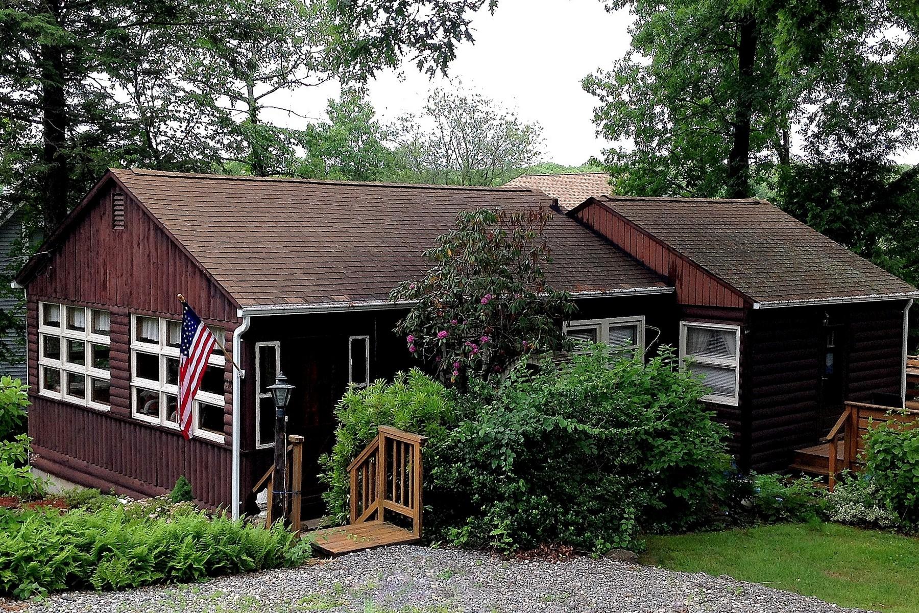 Casa Unifamiliar por un Venta en Steps to Private Beach 30 Mohawk Trail East Hampton, Connecticut 06424 Estados Unidos