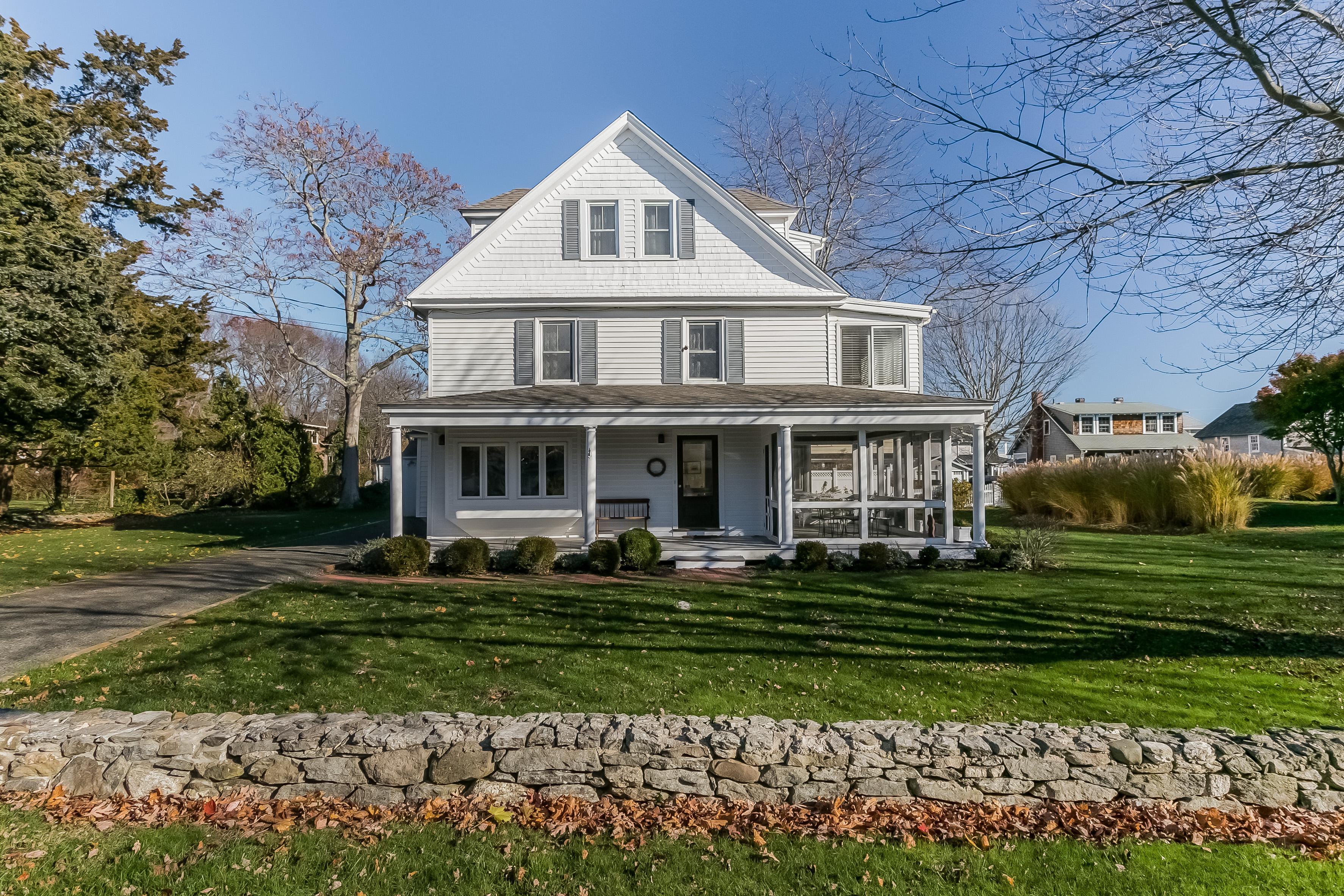 Maison unifamiliale pour l Vente à Charming Beach Area Home 16 Gull Rock Rd Madison, Connecticut 06443 États-Unis