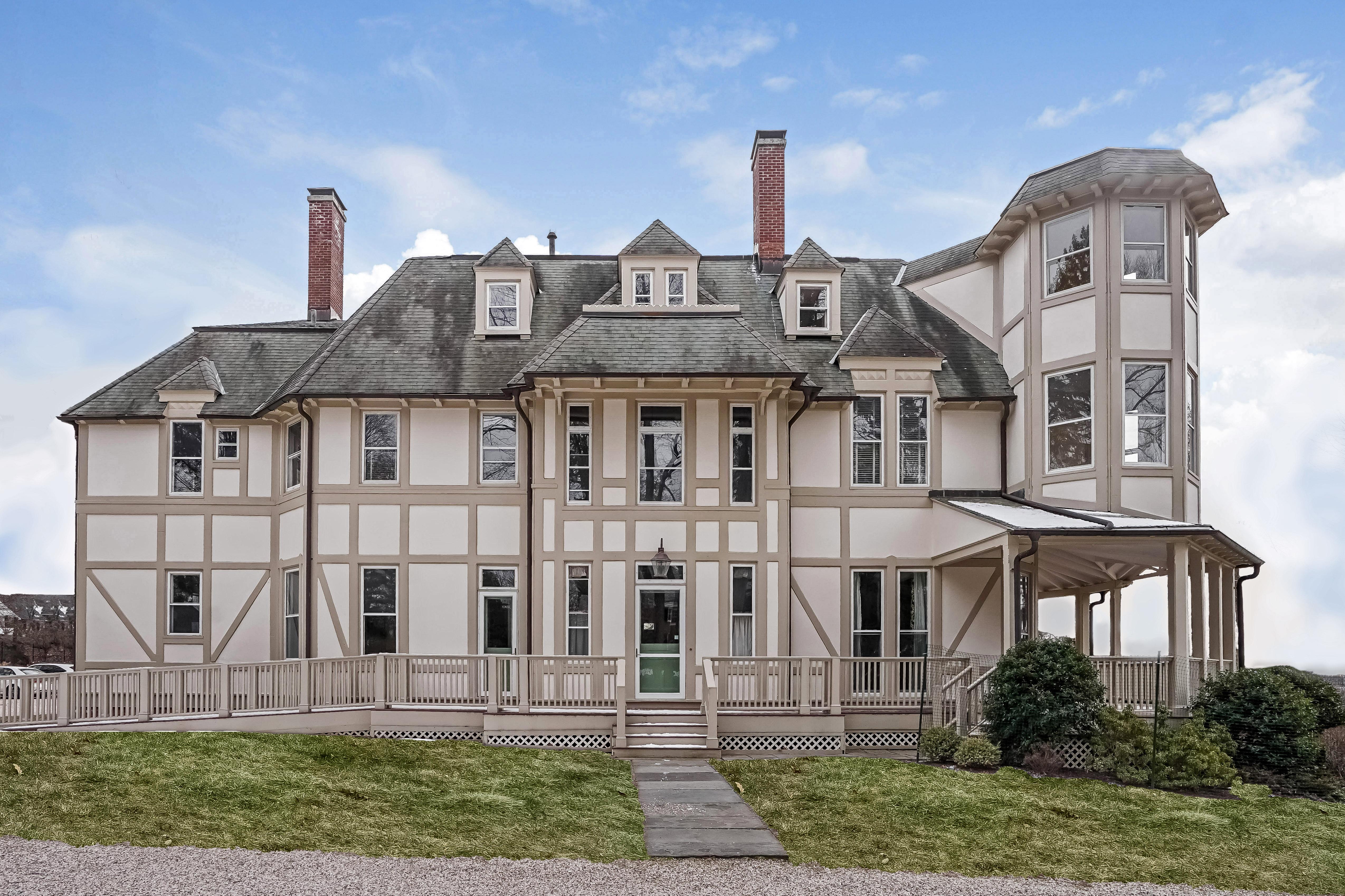 Einfamilienhaus für Verkauf beim A Piece of History! 65 Field Terrace Irvington, New York, 10533 Vereinigte Staaten