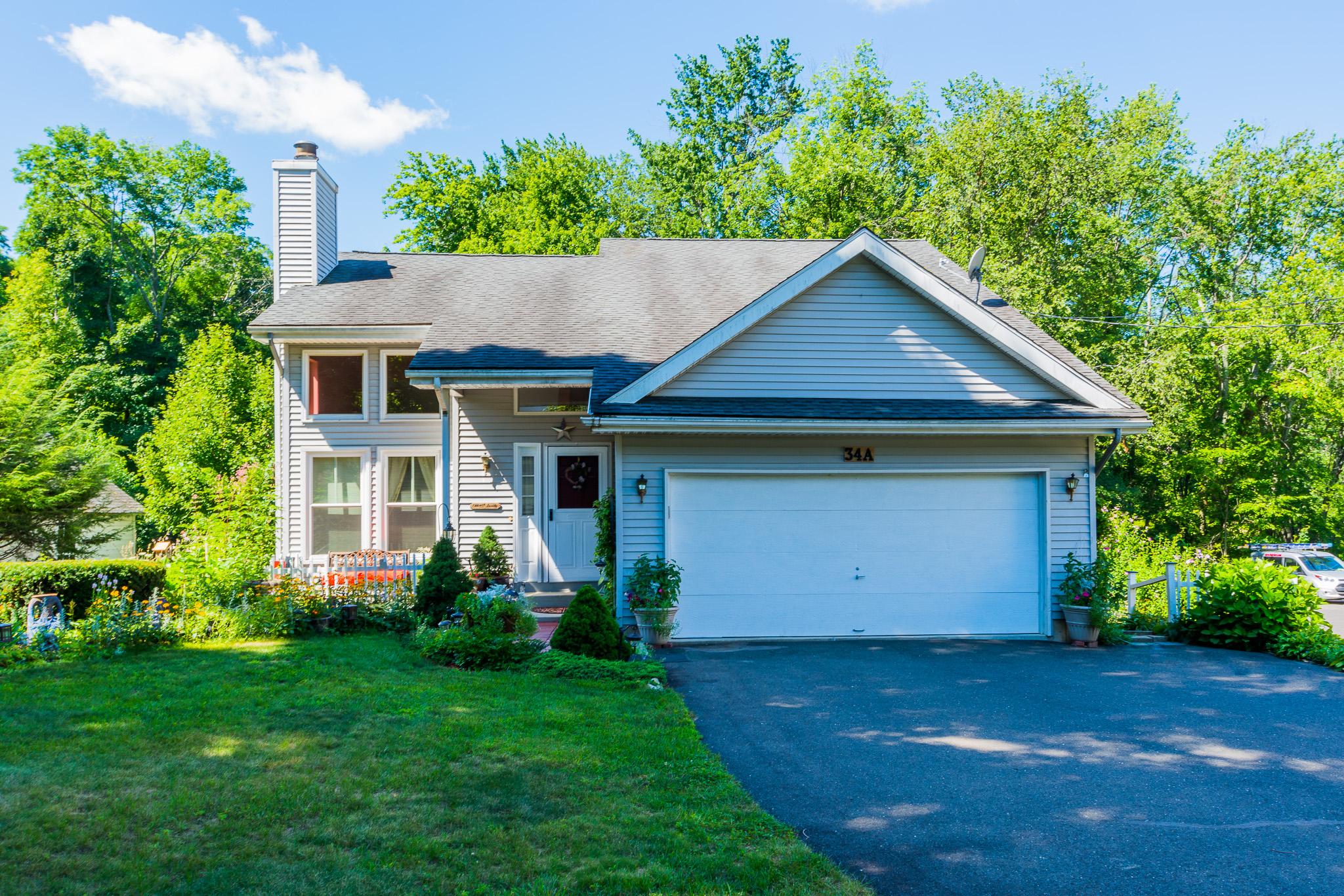 Maison unifamiliale pour l Vente à Bright Open Floor Plan 34 East Pembroke Road Danbury, Connecticut, 06811 États-Unis