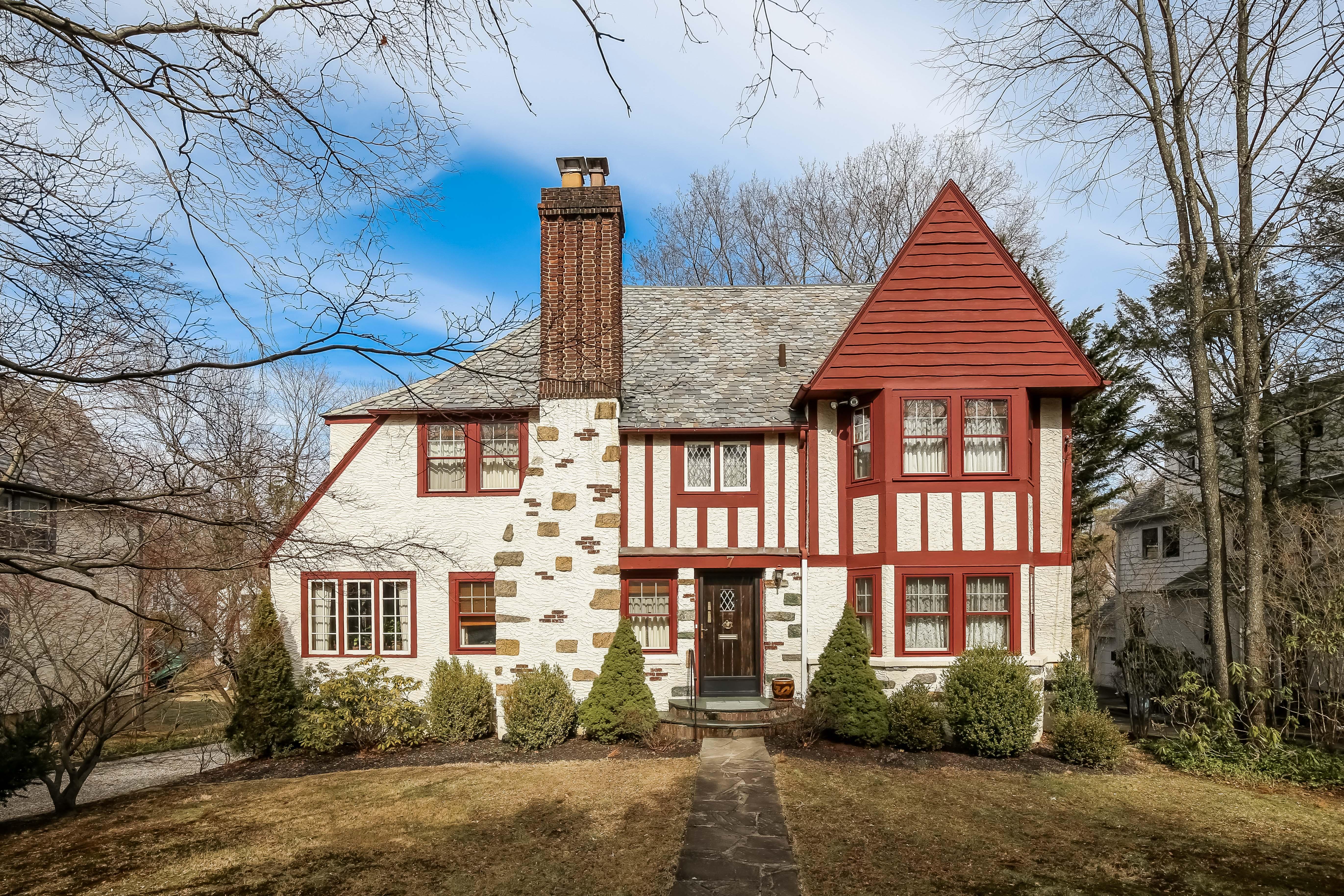 独户住宅 为 销售 在 Lovely Scarsdale Tudor 7 Mamaroneck Road 斯卡斯代尔, 纽约州, 10583 美国