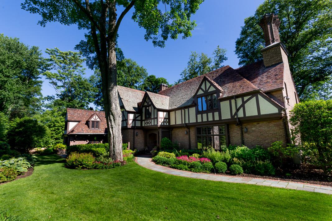 Maison unifamiliale pour l Vente à Bright and Spacious Fox Meadow Tudor 33 Tompkins Road Scarsdale, New York 10583 États-Unis
