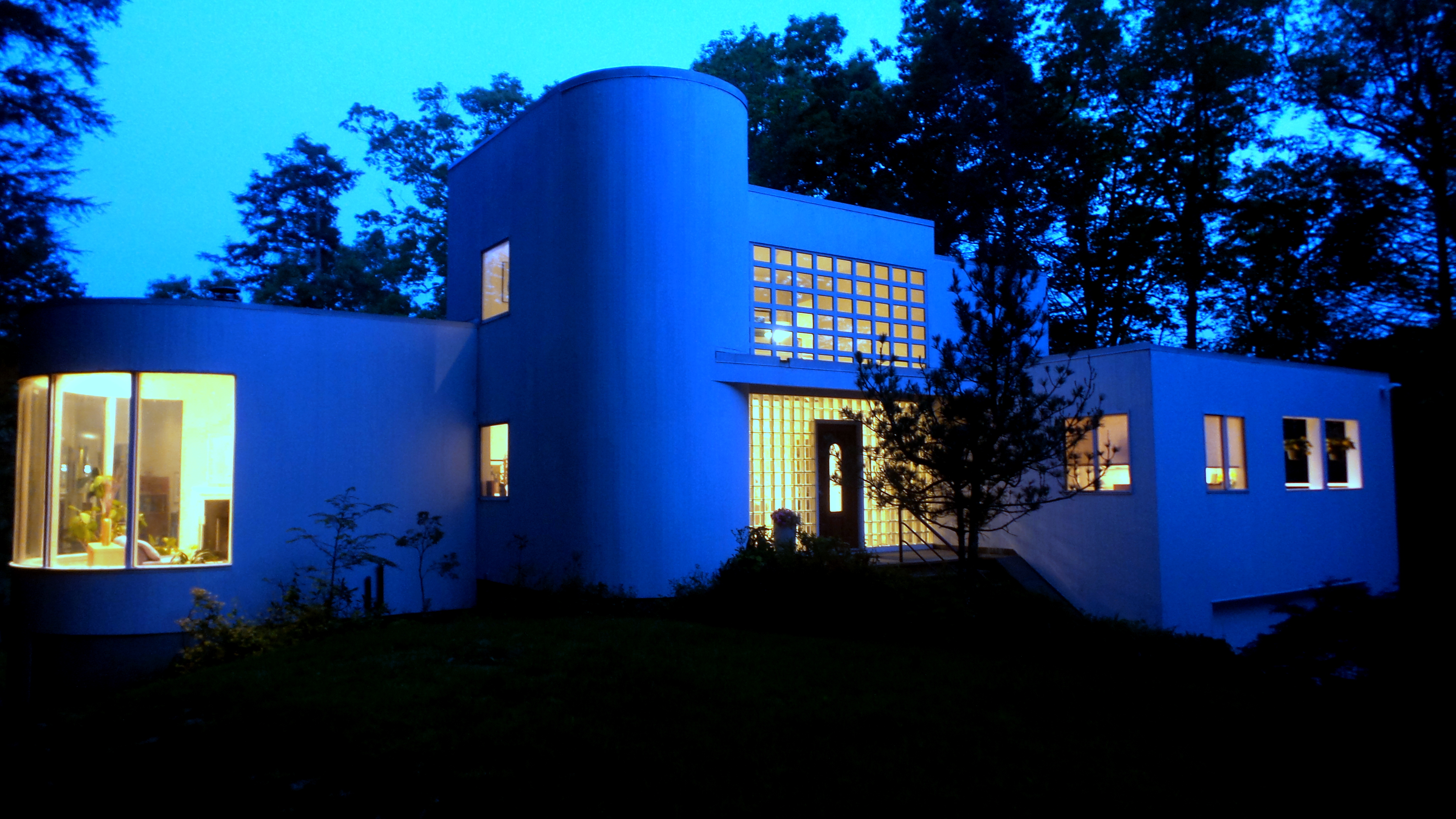 sales property at Bauhaus-Inspired Architecture